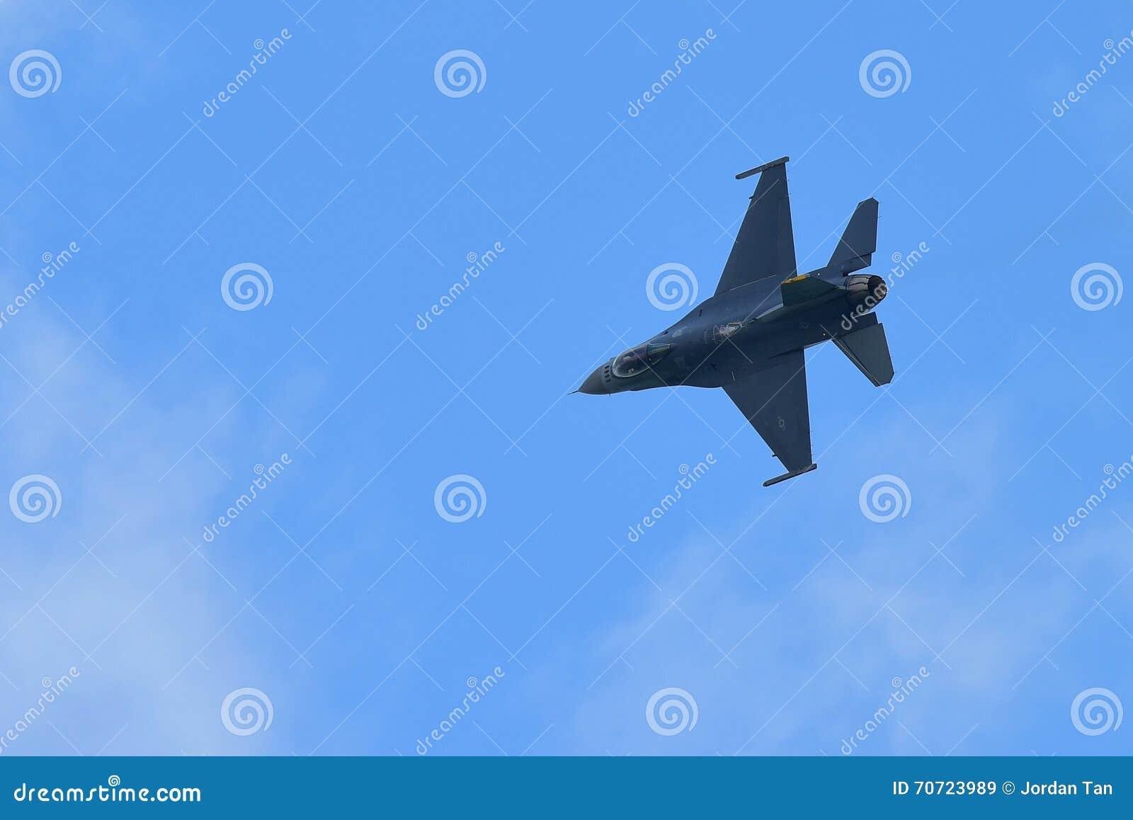 USAF F-16C/D jastrząbka Walczącego spełniania powietrzny pokaz przy Singapur Airshow