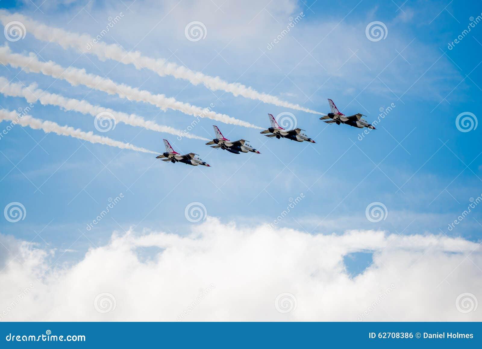USAF Thunderbirds που πετά πέρα από τα σύννεφα
