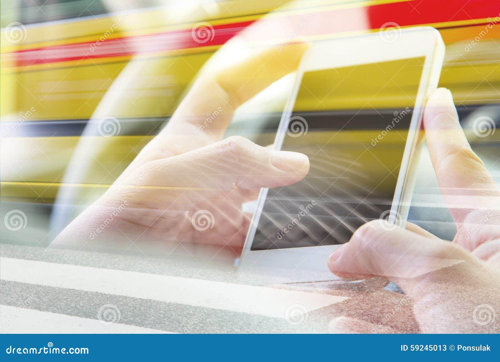Download Usando La Exposición Doble Del Teléfono Elegante Imagen de archivo - Imagen de humano, exposición: 59245013