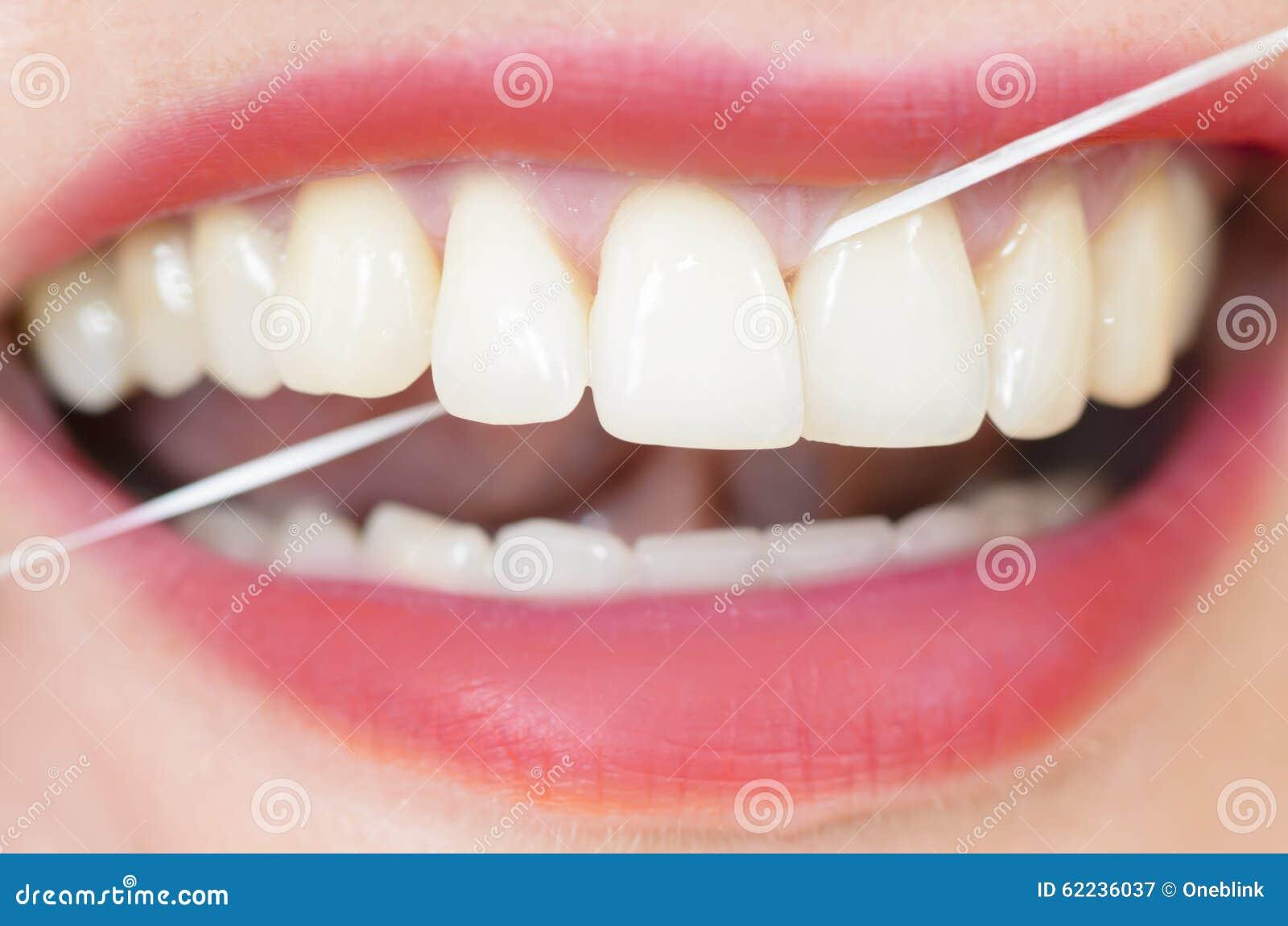 Usando o fio dental
