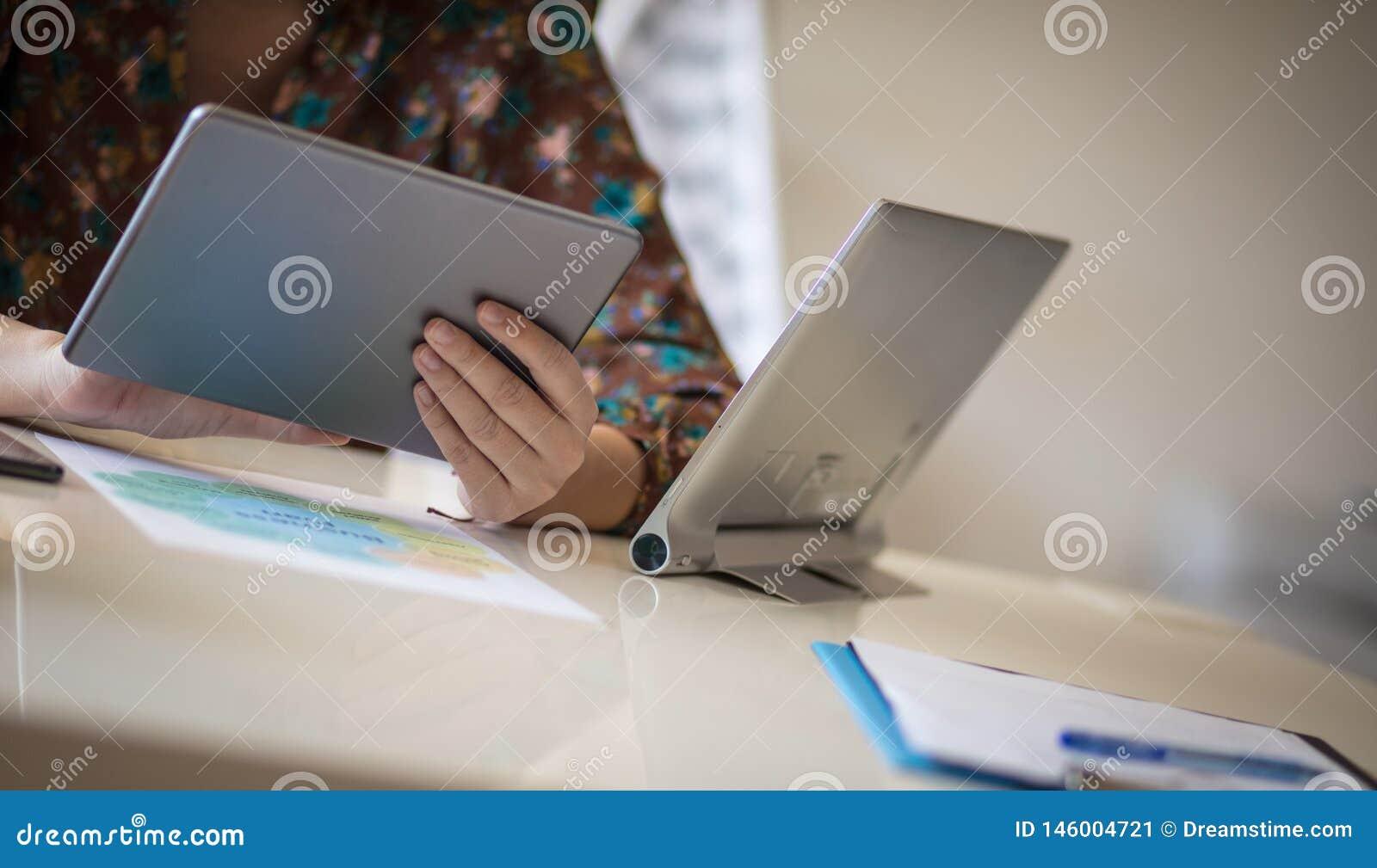 Usando a tabuleta digital que a ajuda a fazer o negócio melhor