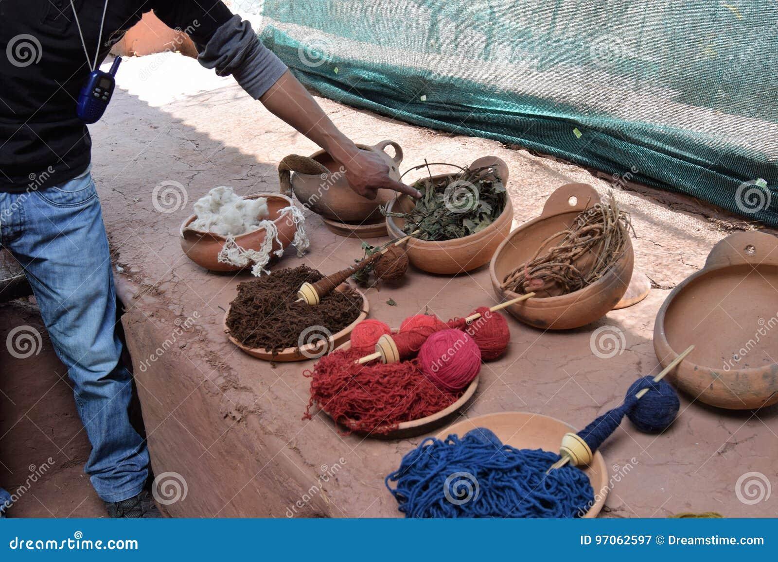 Usando tinturas naturais para lãs em Cuzco, Peru