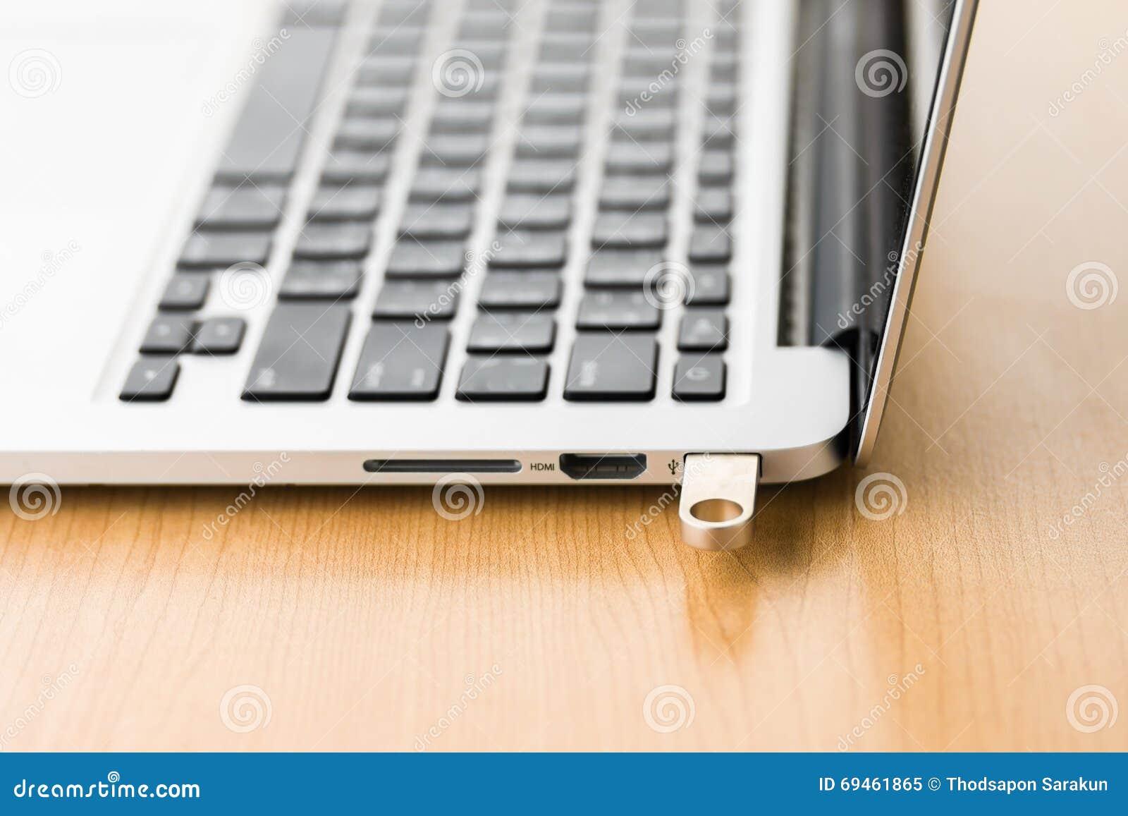 USB闪光推进棍子连接了到便携式计算机