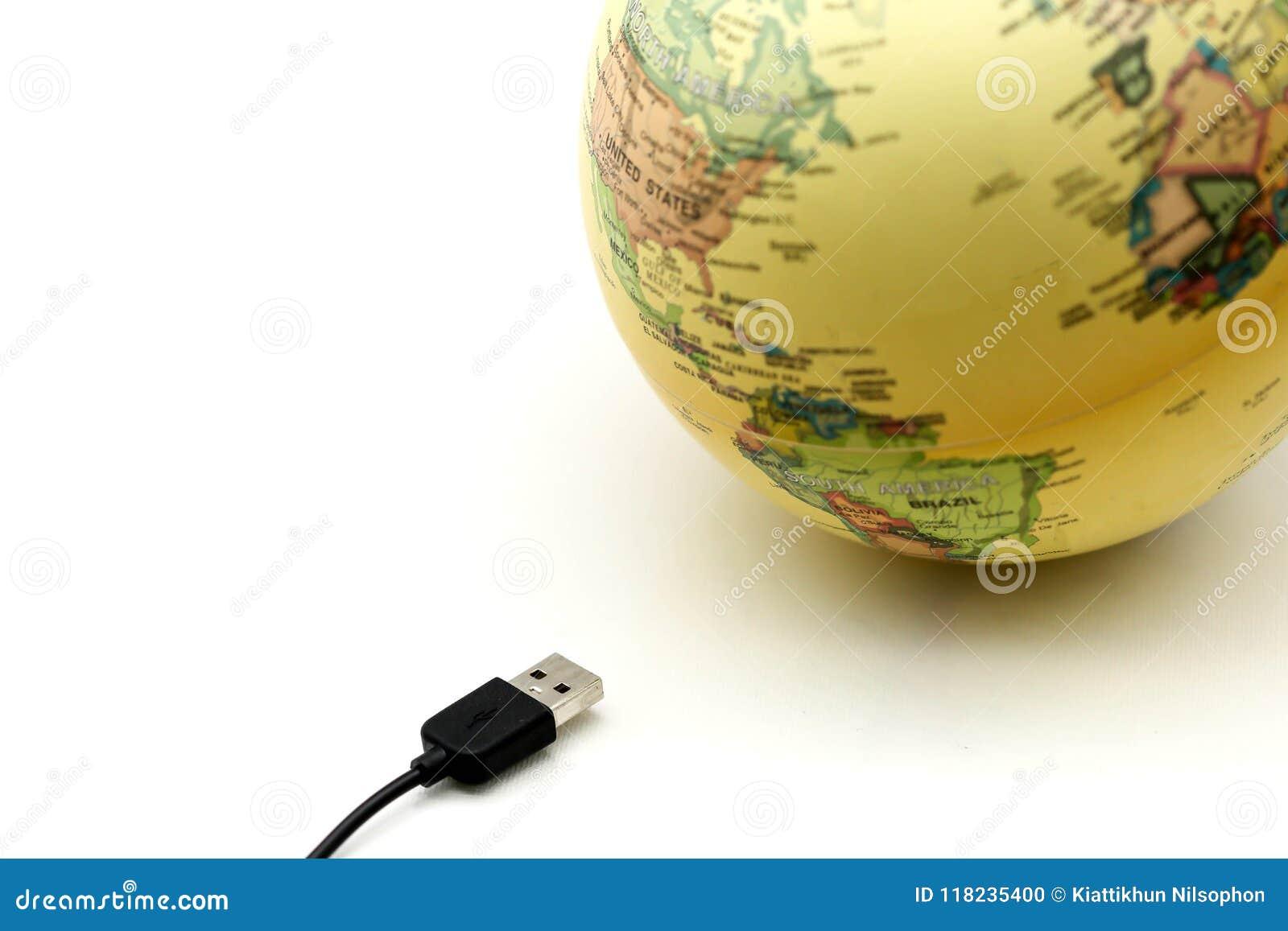 USB-Kabels met de kaart van de bolwereld, met het bolconcept dat wordt verbonden