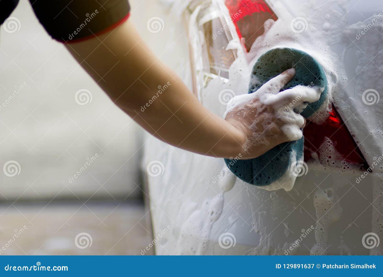 Use seu assistente para travar a esponja e para lustrar a janela de carro