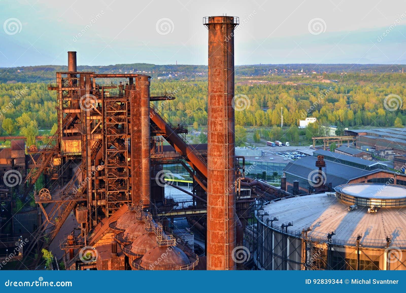 Usine abandonnée de ferronneries - cheminée rouillée ensoleillée par le soleil