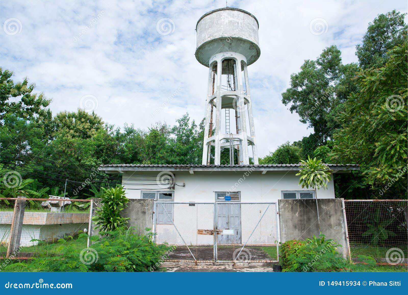 Usine concrète de tour de réservoir d eau dans le jardin