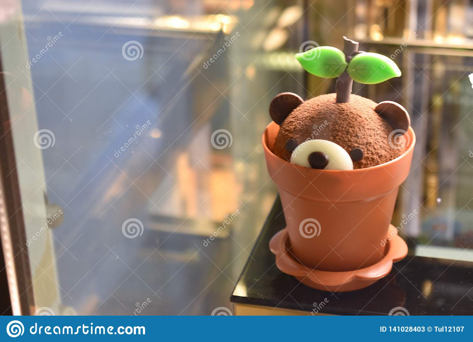 Usine de gâteau d ours de pudding dans le pot