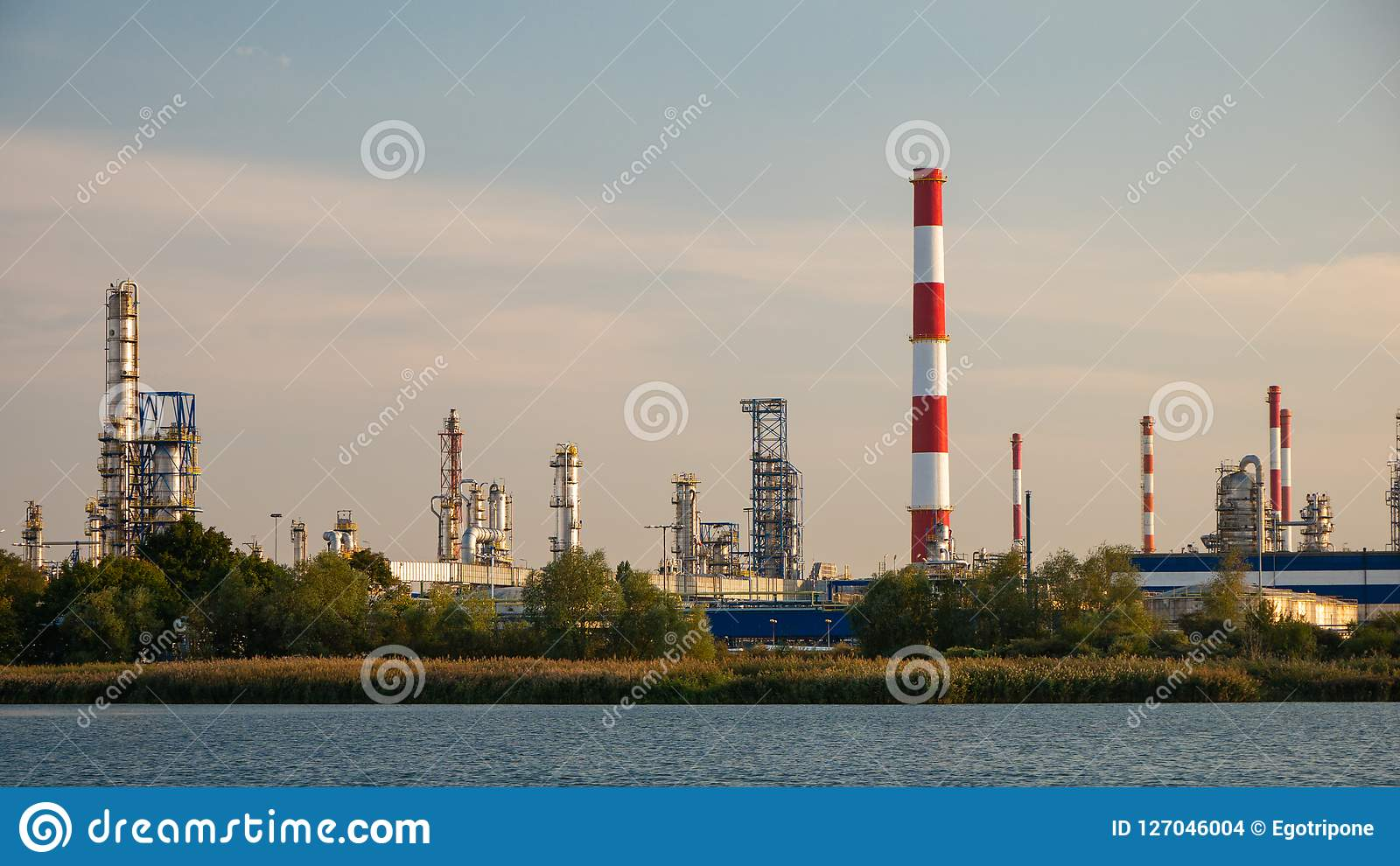 Usine de rivière et de raffinerie de pétrole à Danzig, Pologne
