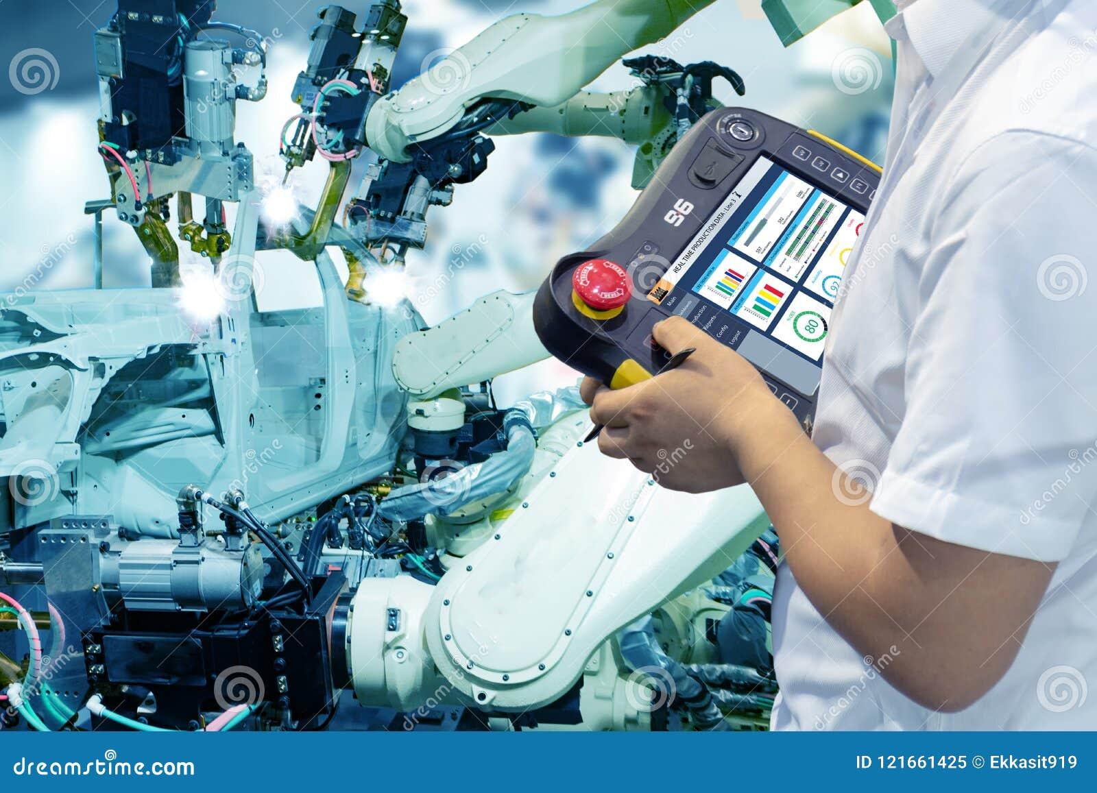 Usine futée d Iot, industrie 4 0 concepts de technologie, robot de contrôleur d utilisation d ingénieur à l arrière-plan d usine