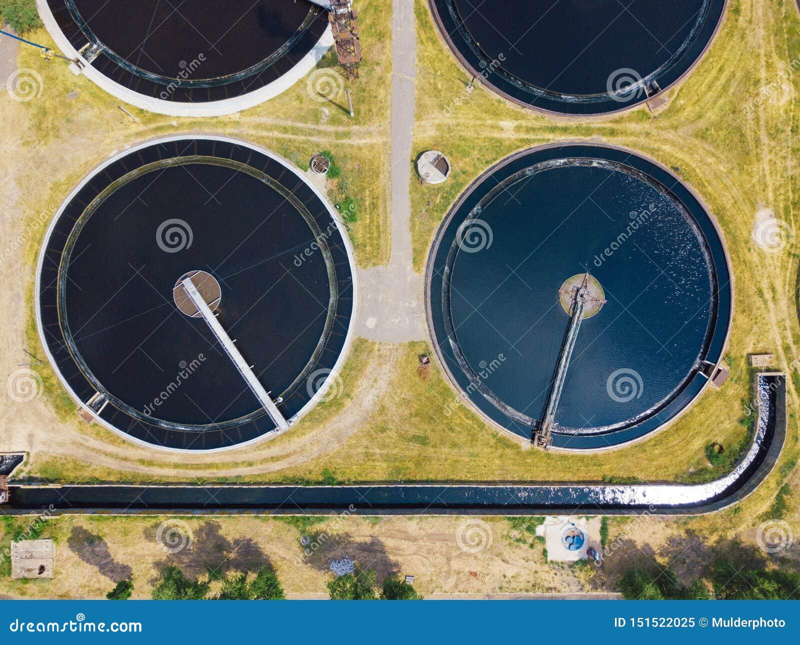 Usine moderne de traitement des eaux résiduaires, vue supérieure de bourdon, forme ronde de réservoirs de drainage de sédimentati