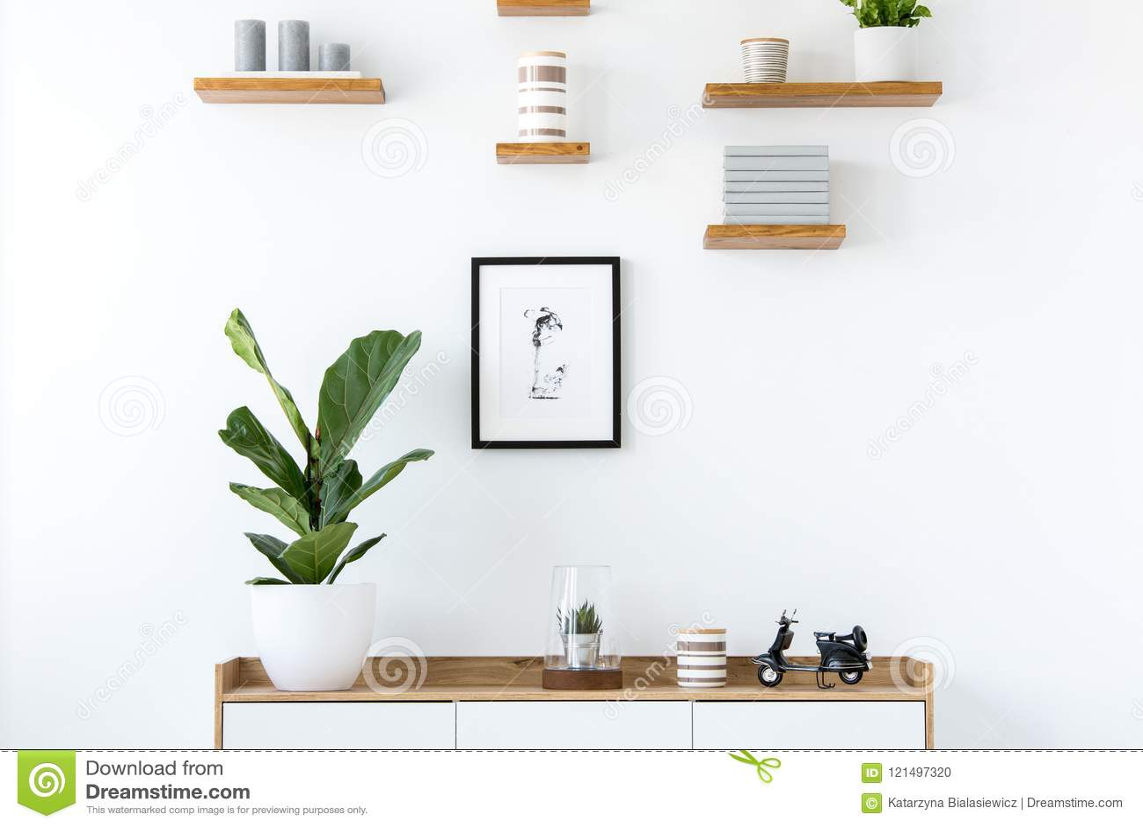 Usine sur le placard en bois dans l intérieur plat minimal avec l affiche