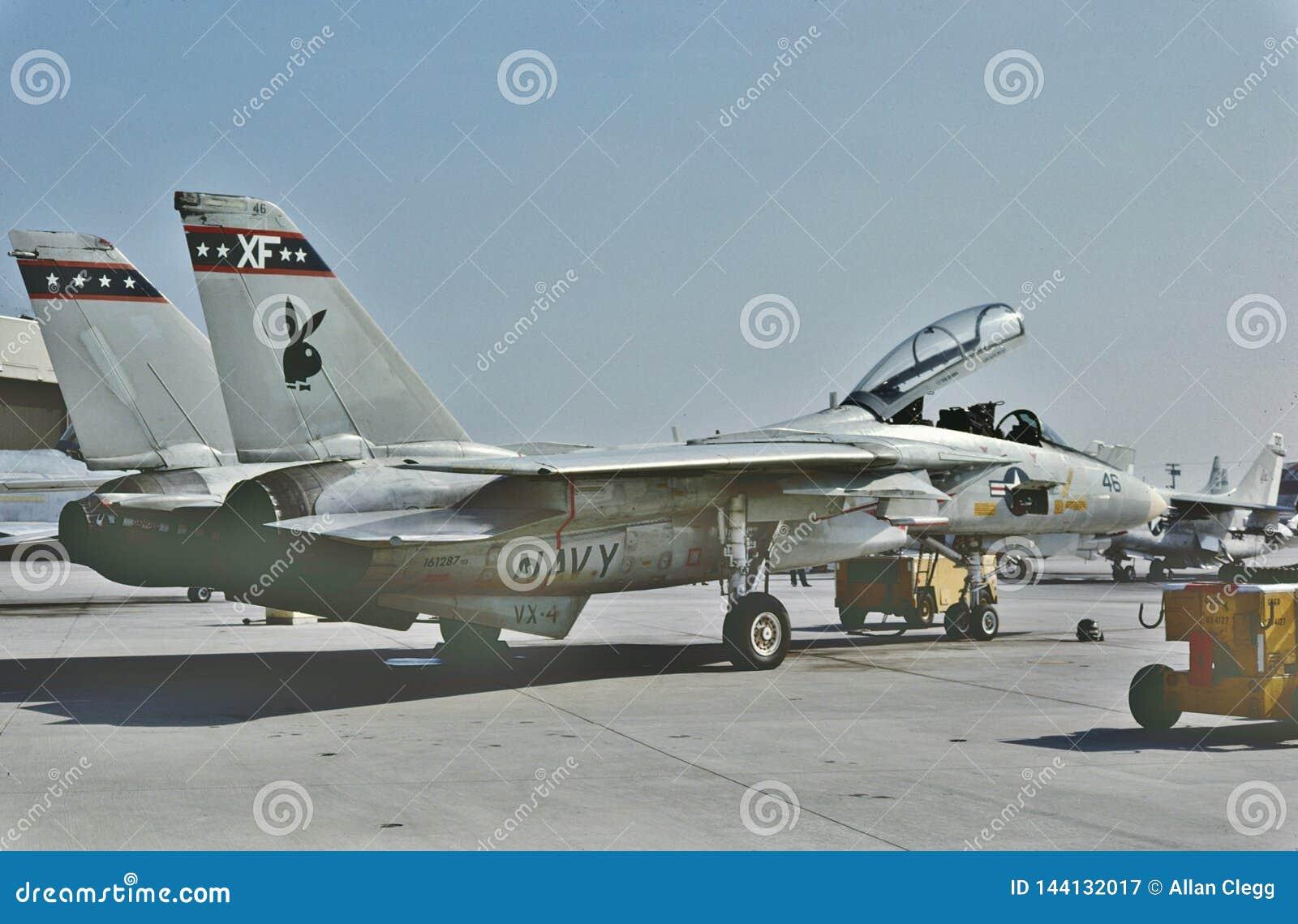 USN Grumman F-14B Tomcat prêt pour une autre mission chez NAS Point Mugu le 6 juin 1987