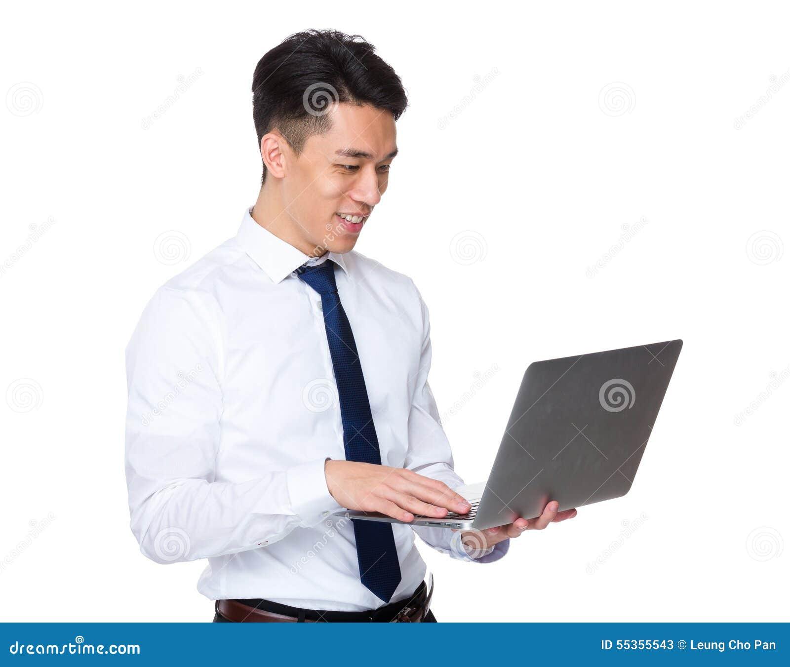 Uso asiatico dell uomo d affari del computer portatile