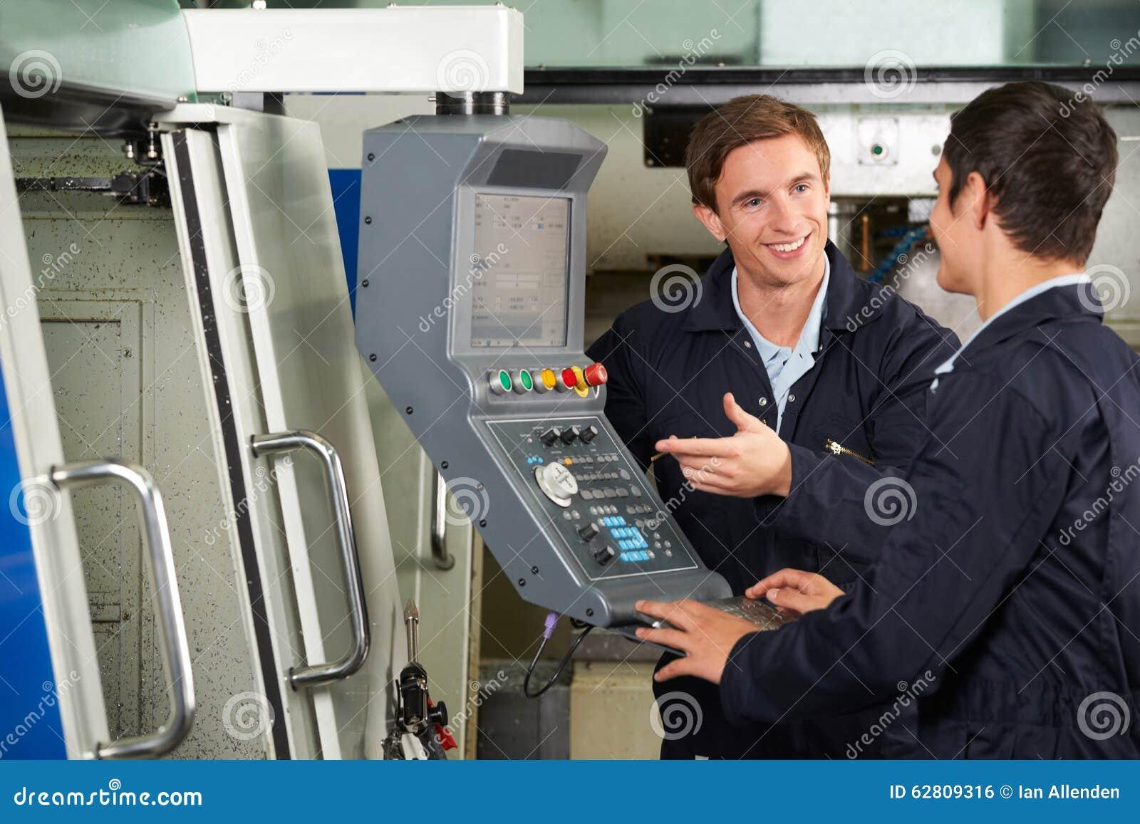 Uso de Instructing Trainee On del ingeniero del Mach que corta automatizado
