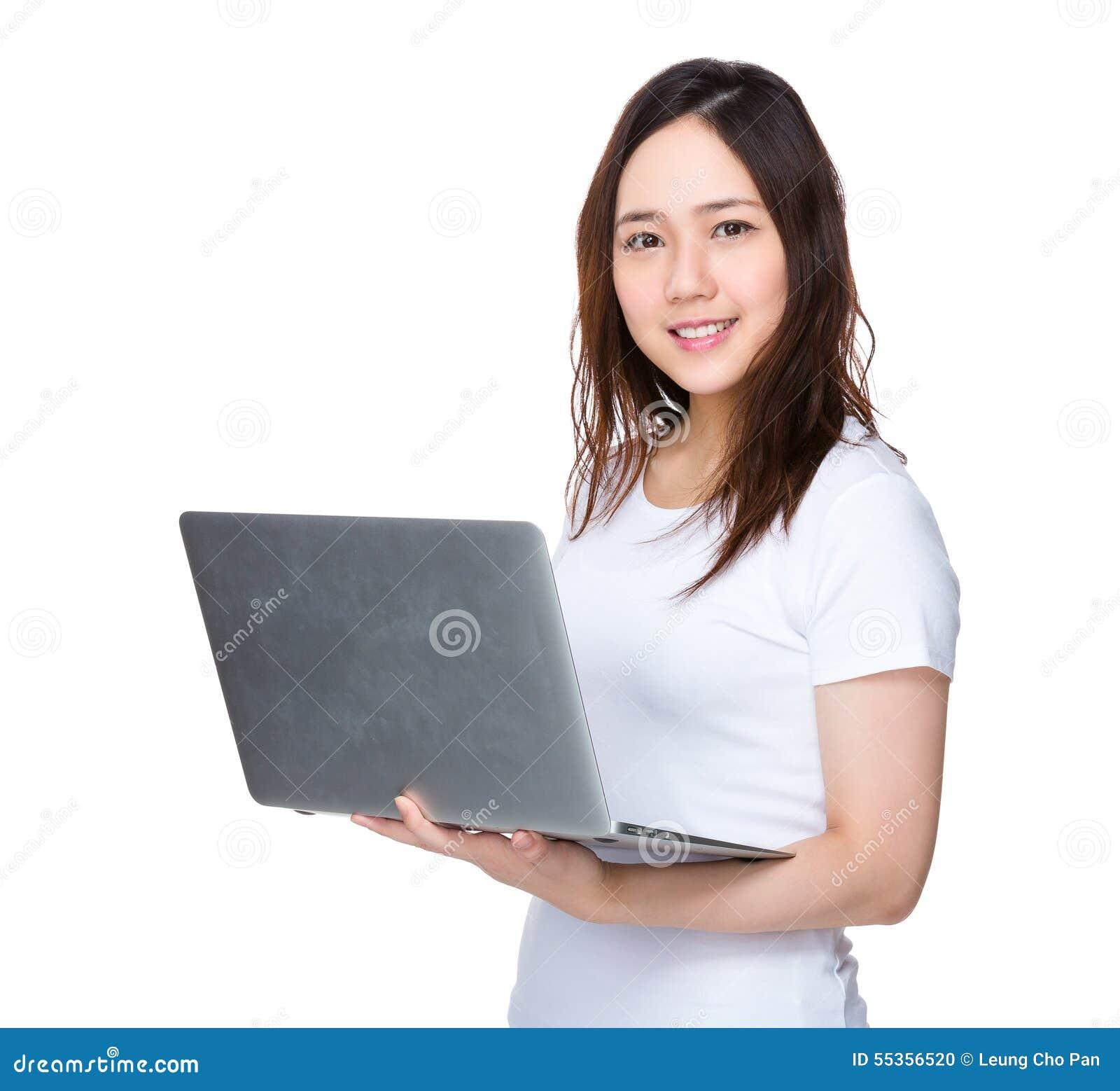 Uso della giovane donna del computer portatile