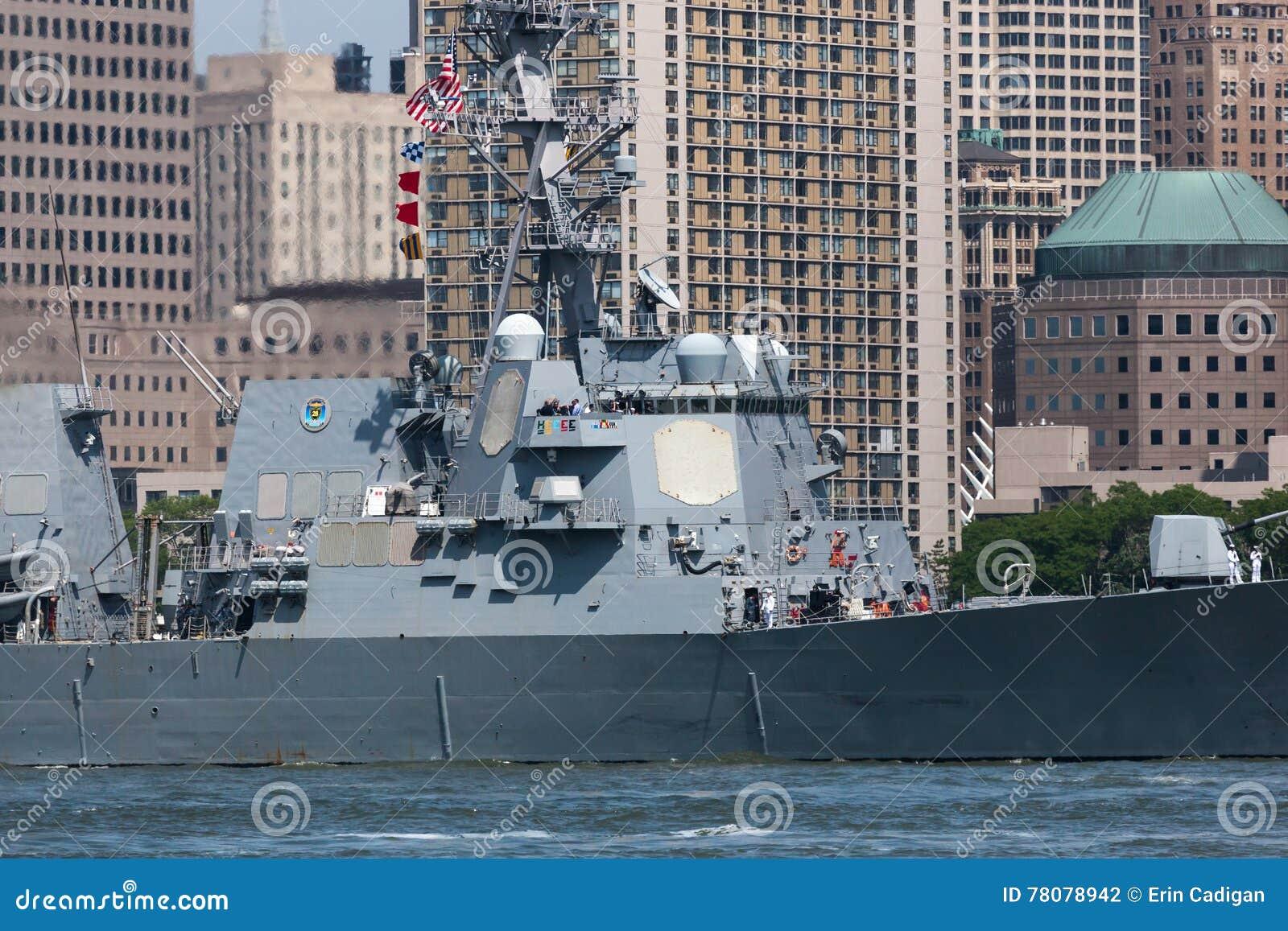 USS Bainbridge przy flota tygodniem