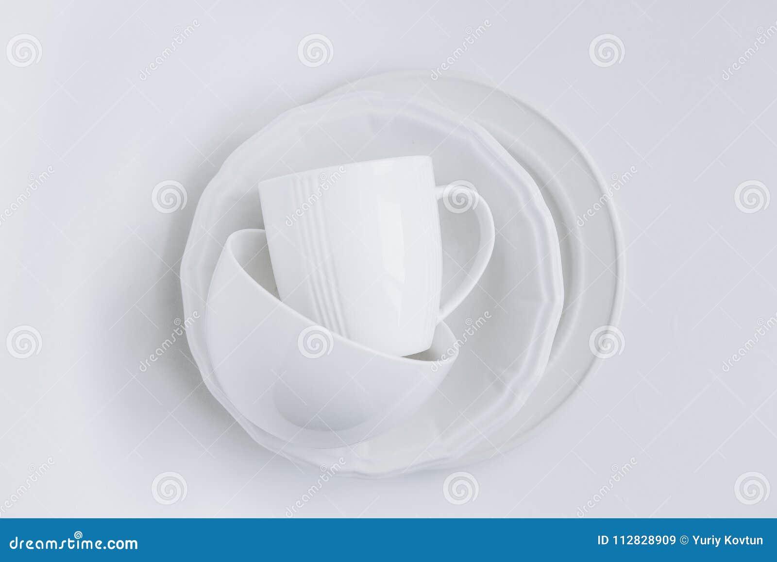 Ustaleni biali naczynia brogują trzy talerzy filiżanki bielu różnego backgr