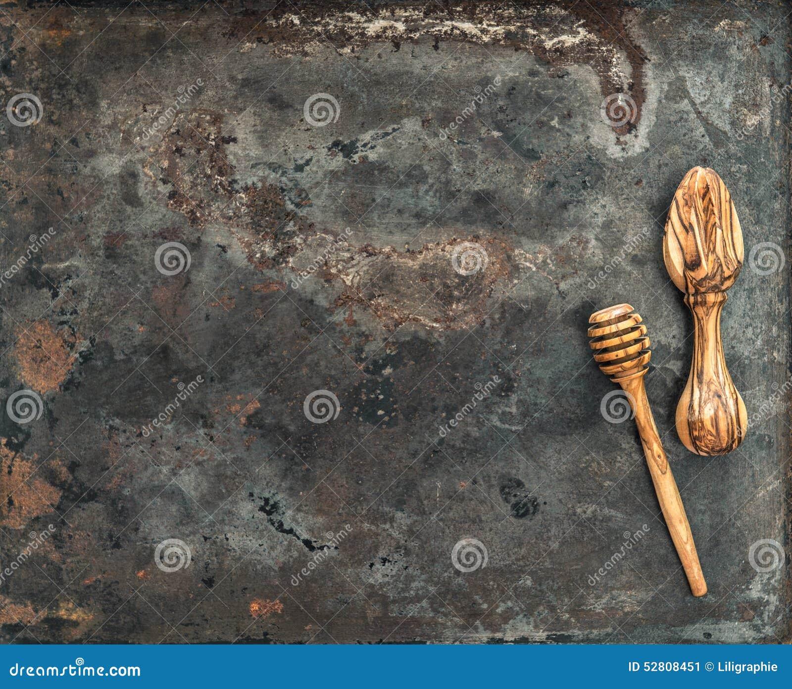 Ustensiles en bois de cuisine sur le fond de plaque for Plaque metallique cuisine
