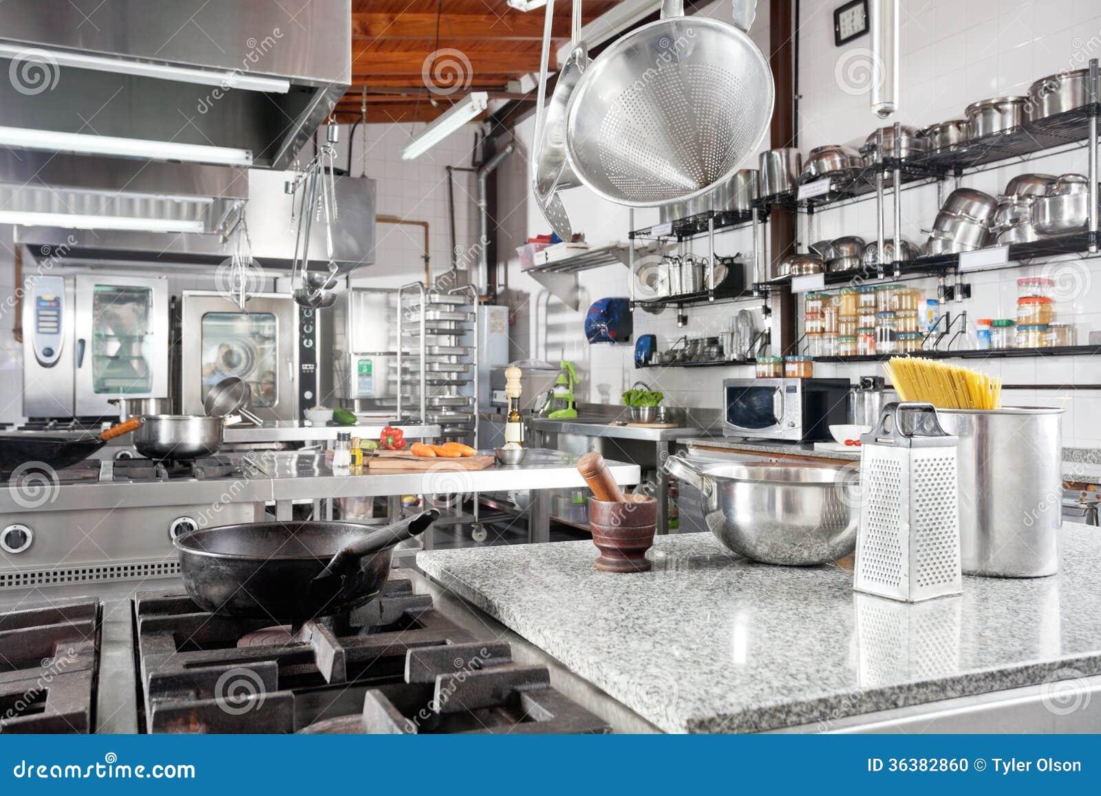 Ustensiles sur le compteur dans la cuisine commerciale