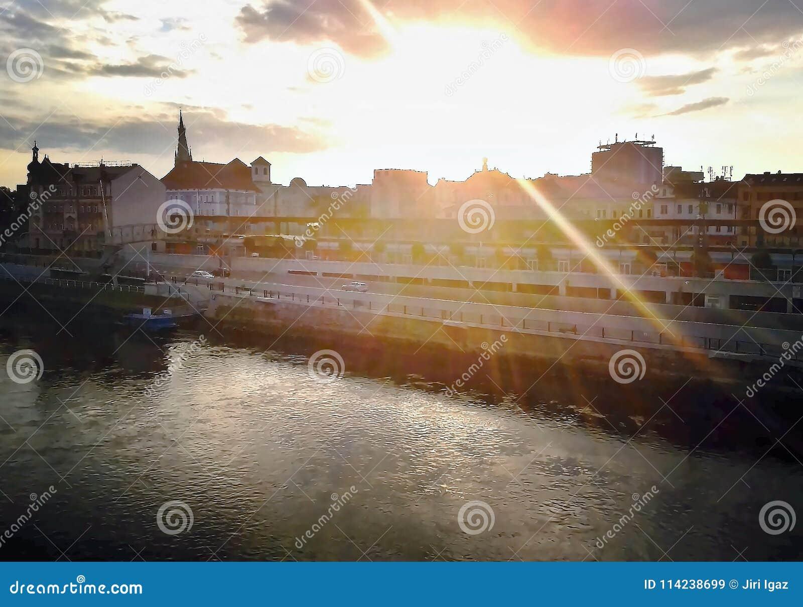 Usti NAD Labem, République Tchèque - 4 août 2012 : coucher du soleil sur les vieilles maisons près de la station de train princip