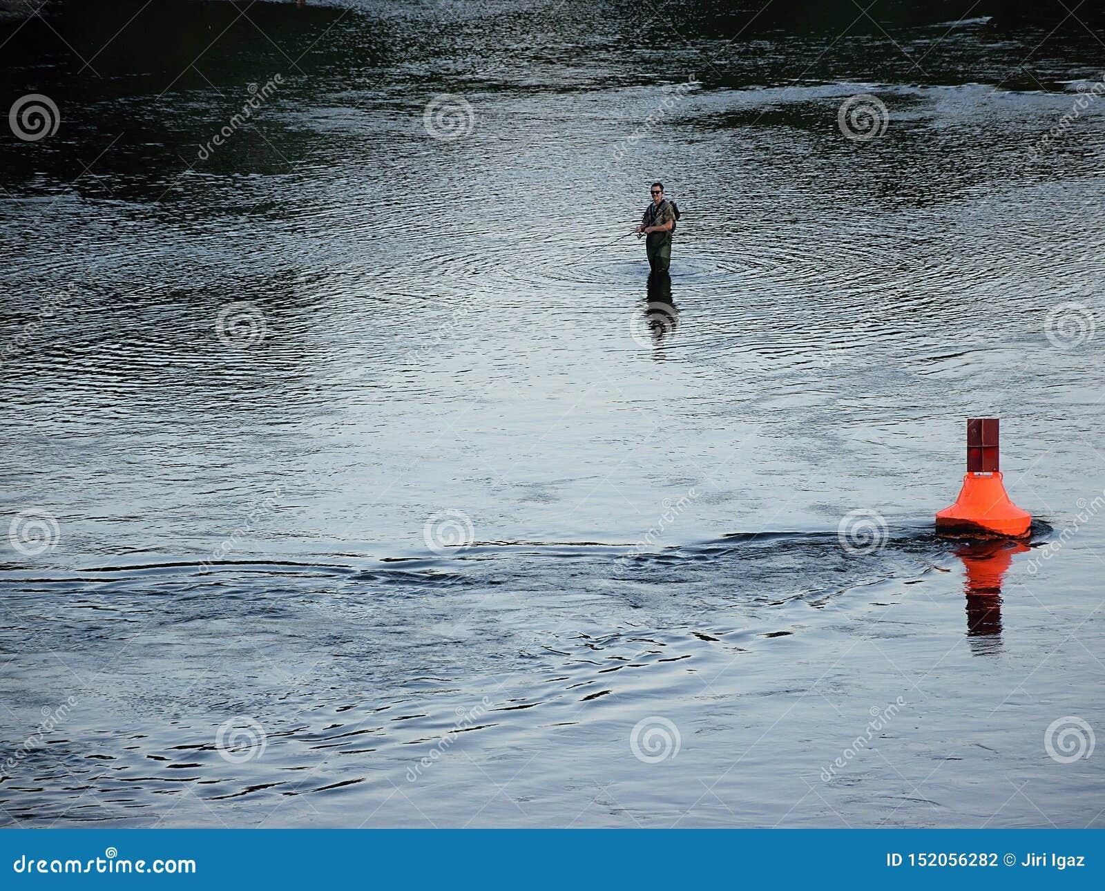 Usti NAD Labem, République Tchèque - 24 juin 2019 : pêcheur en rivière de Labe au coucher du soleil