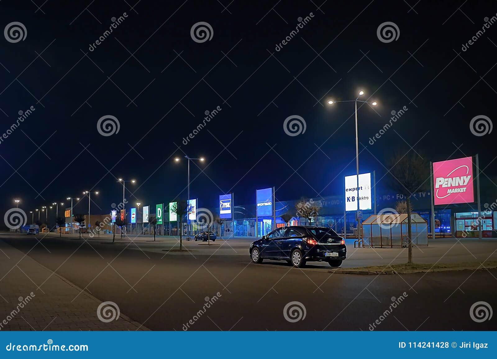Usti nad Labem, República Checa - 24 de marzo de 2018: coche negro Opel Astra en estacionamiento vacío delante de tiendas en parq