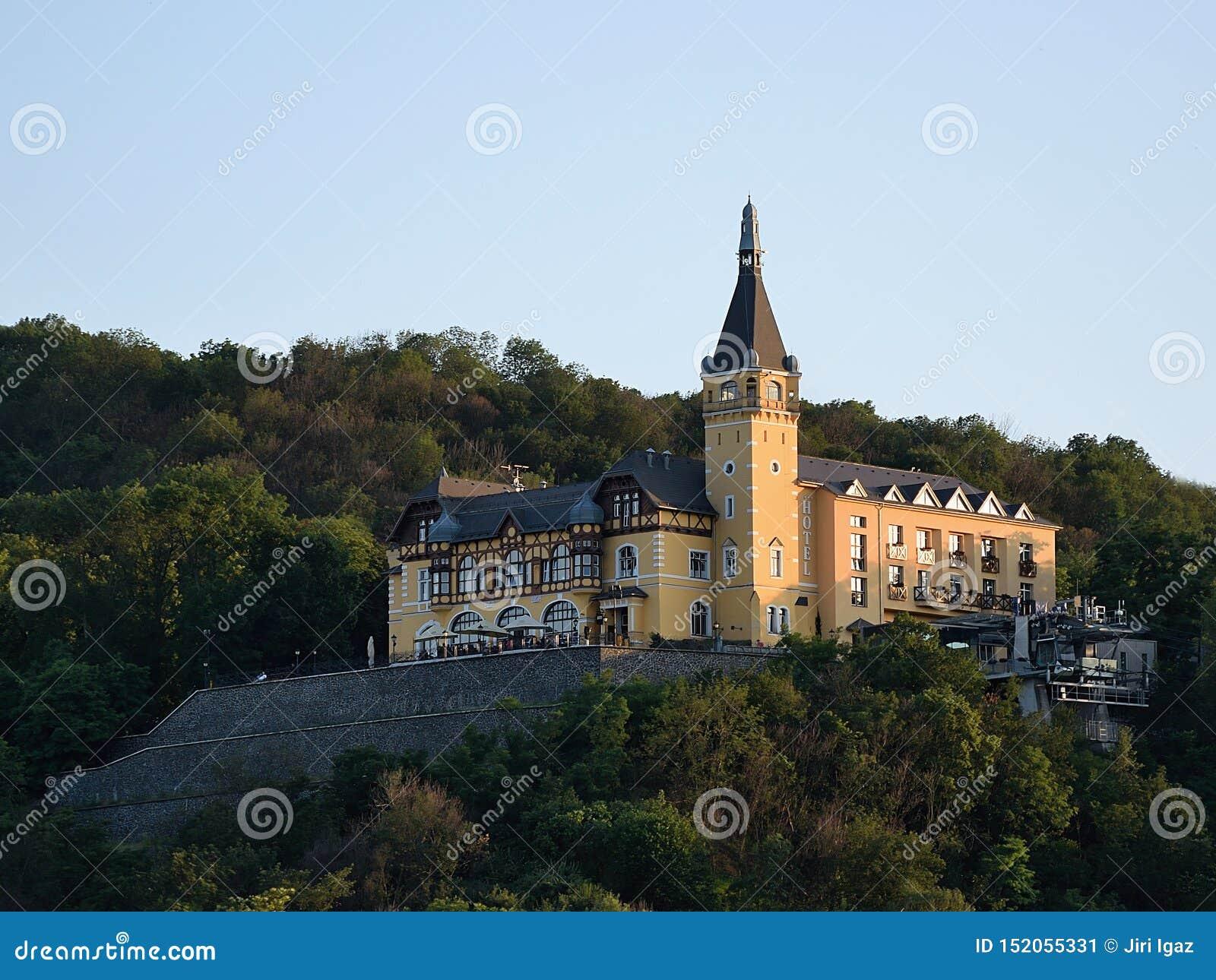 Usti nad Labem, republika czech - Czerwiec 24, 2019: Vetruse kędziorek przy zmierzchem