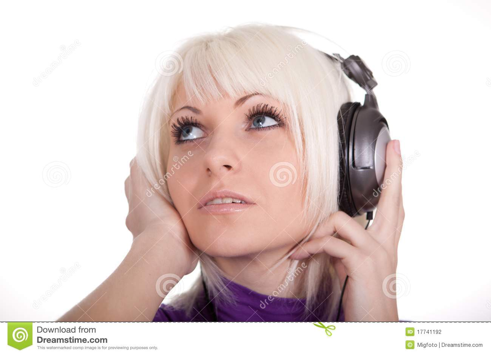 Uszata dziewczyna słucha muzycznych telefony