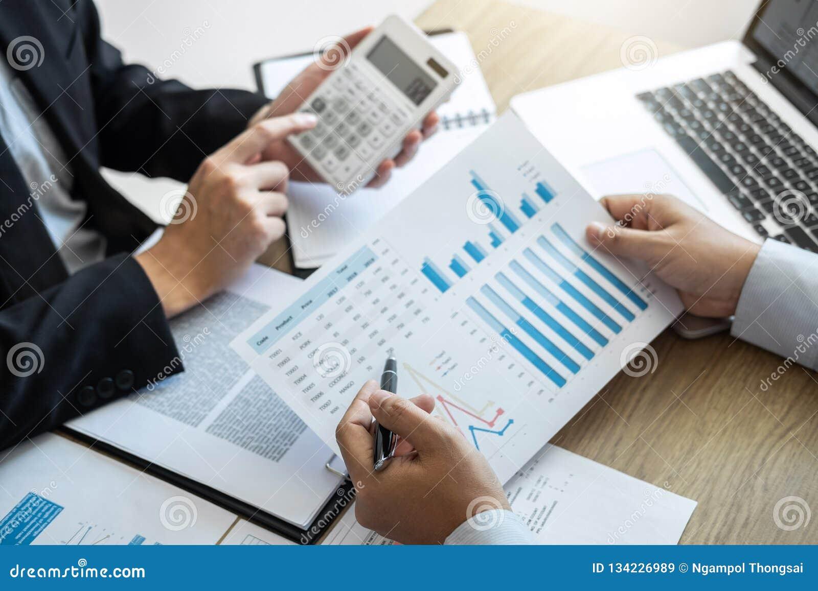 Utövande idékläckning för lag för affärsfolk på möte till arbete för konferensplanläggningsinvesteringsobjekt och strategi av aff