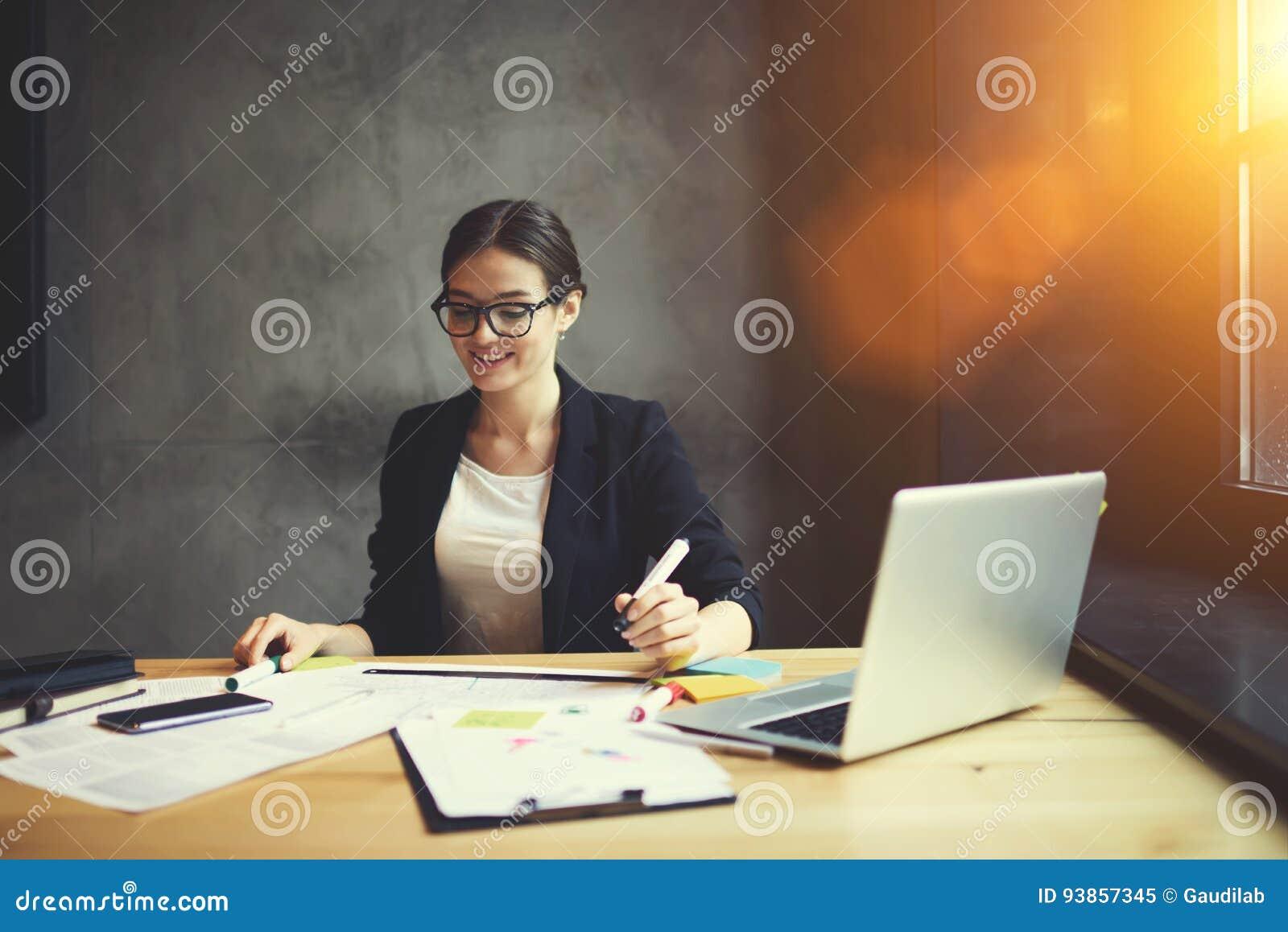 Utalentowany żeński projektant grafik komputerowych ubierający w formalnym stroju
