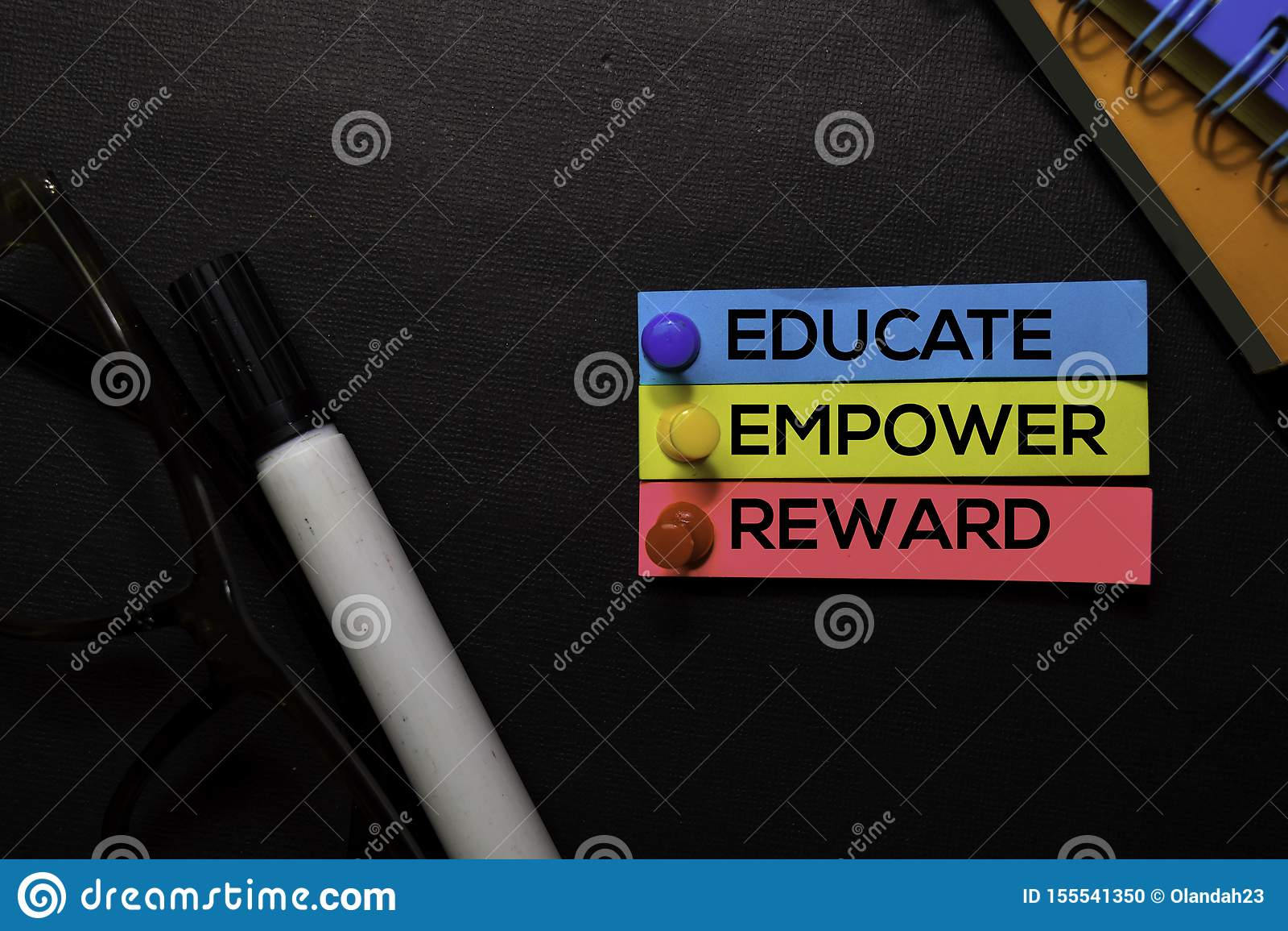 Utbilda, bemyndiga, belöna text på klibbiga anmärkningar som isoleras på det svarta skrivbordet Mekanismstrategibegrepp