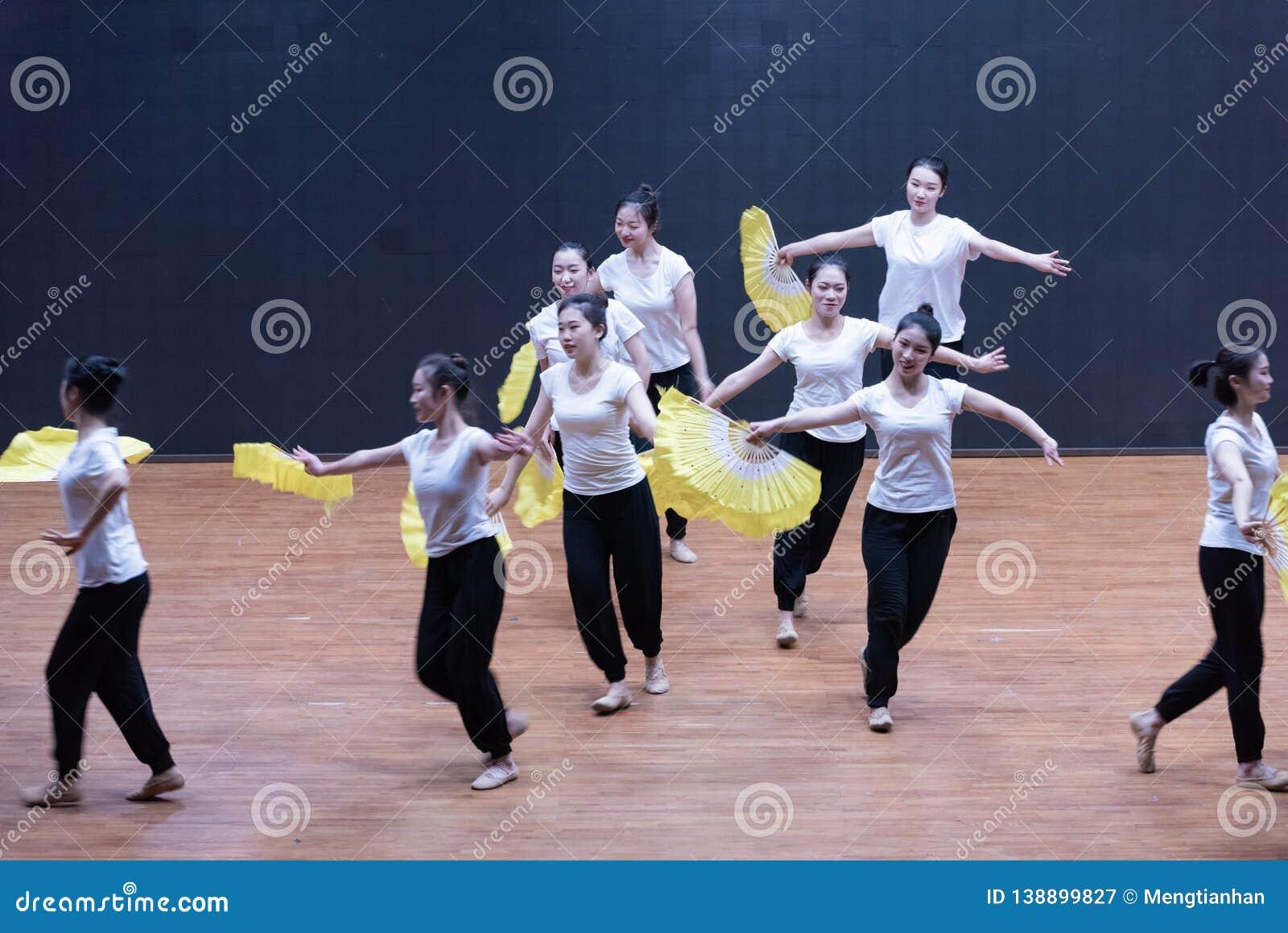Utbildande kläder fläktar 1-Tea som väljer dansen - undervisande repetition på dansavdelningsnivån