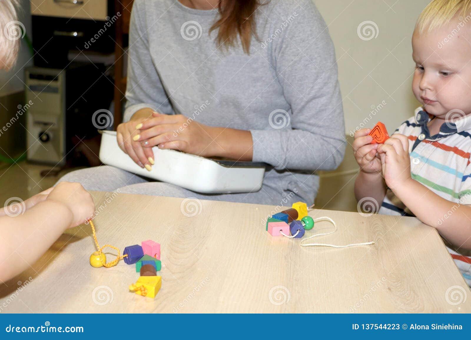 Utbildaren handlar med barnet i dagiset Kreativitet och utveckling av barnet
