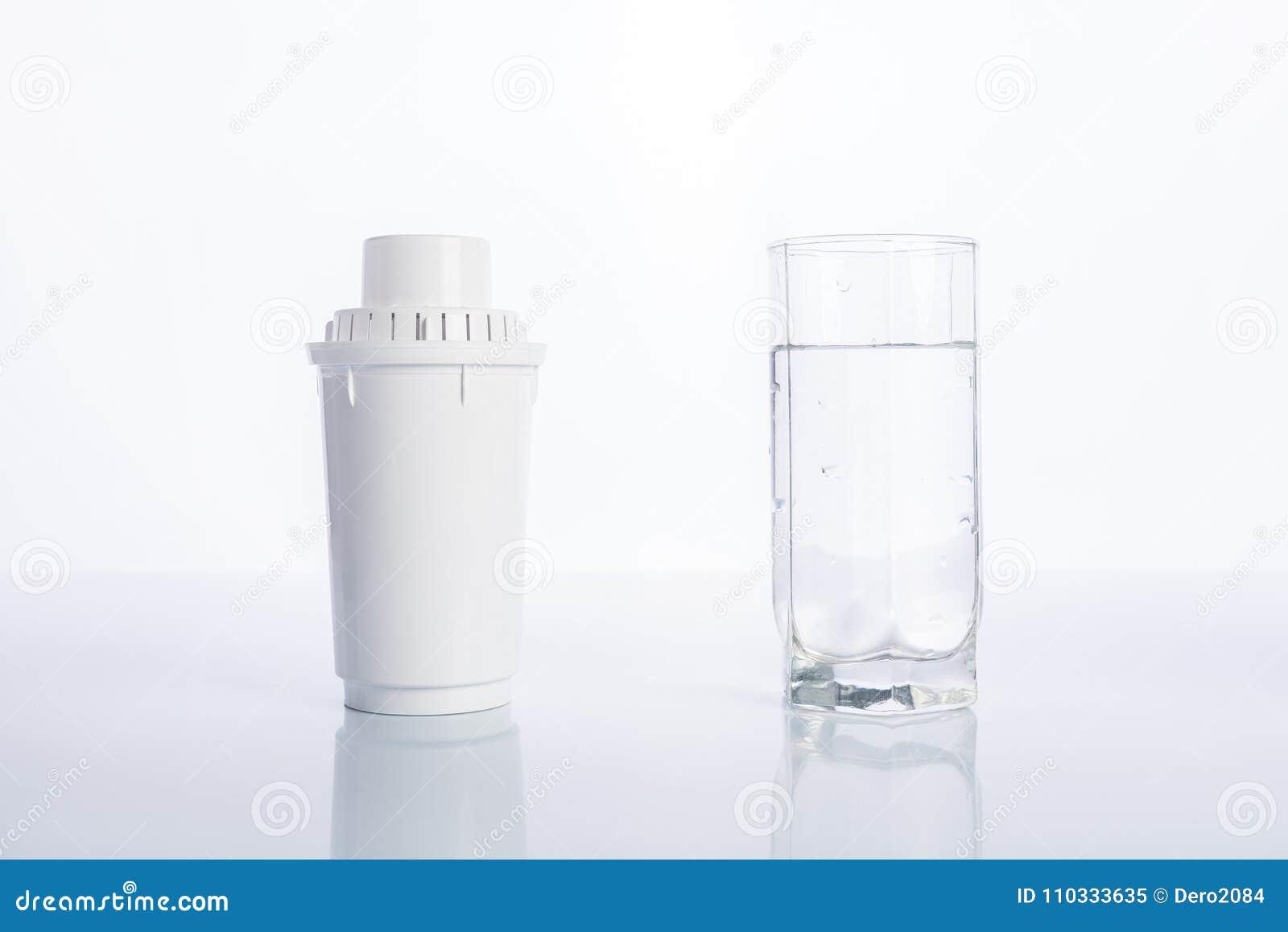 Utbytesvattenfilter och exponeringsglas av renat vatten på vit bakgrund, reflexion