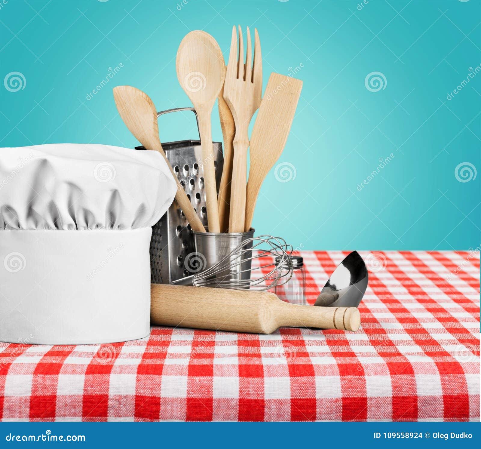 Utensílio da cozinha com cozinheiro Hat isolado sobre