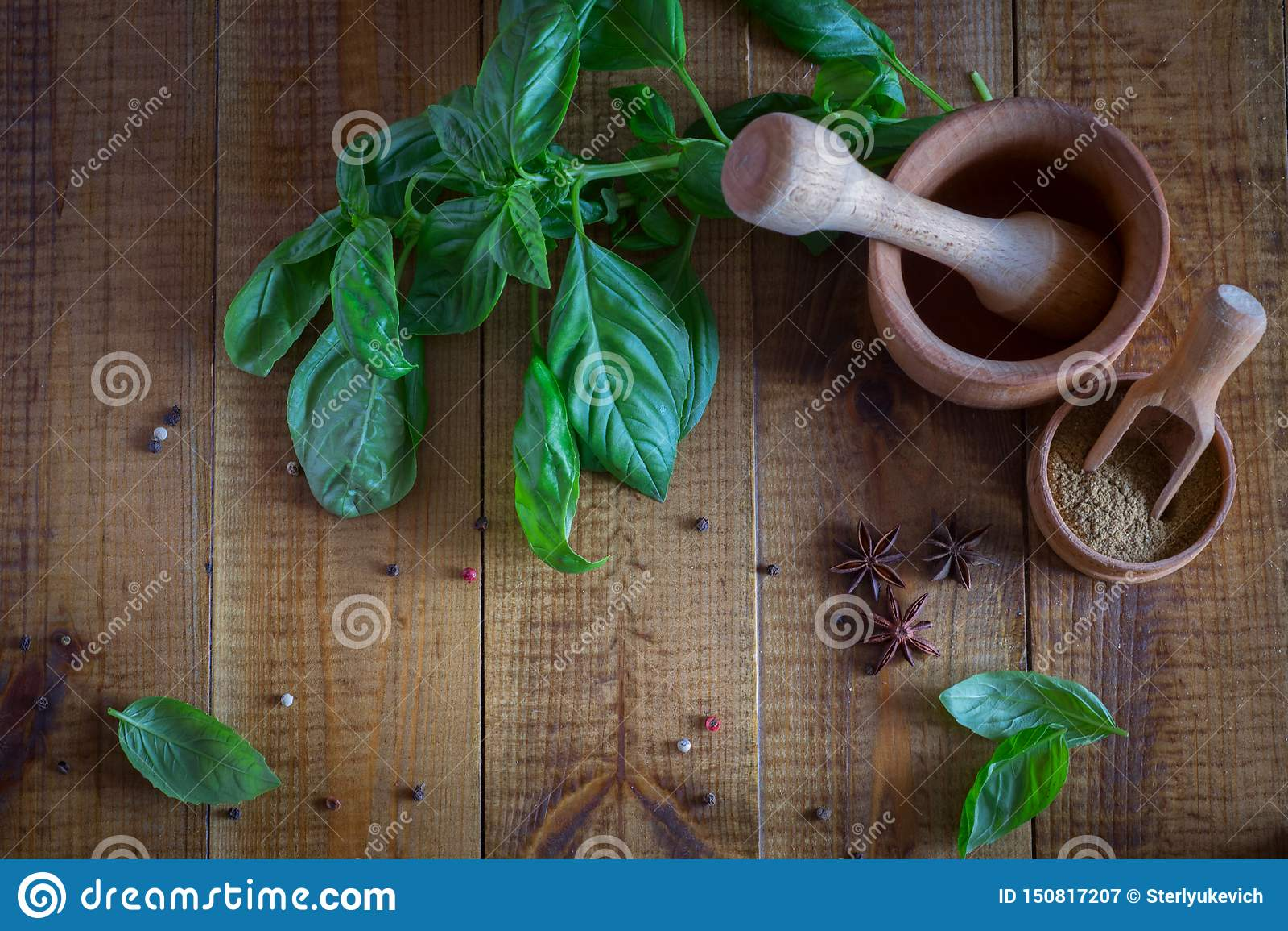 Utensílios da cozinha para especiarias Manjericão e especiarias frescas na tabela