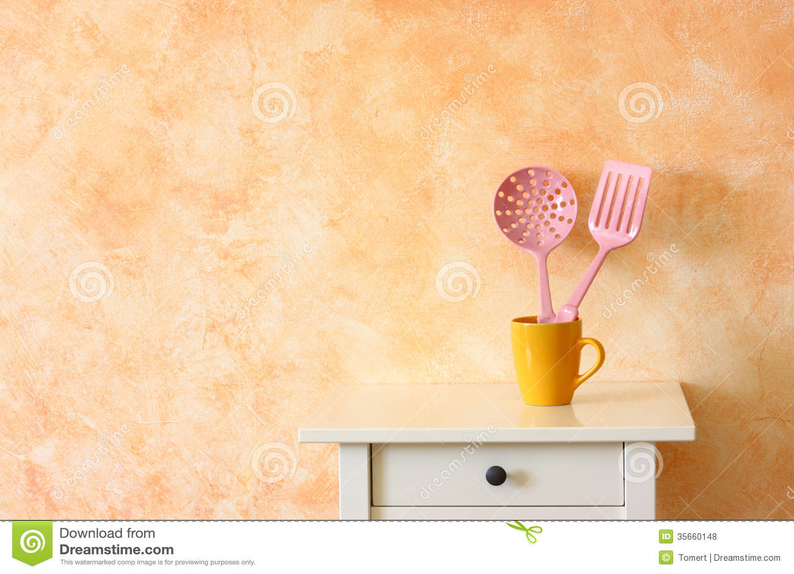 da cucina della cucina. spatole in tazza gialla contro la parete ...