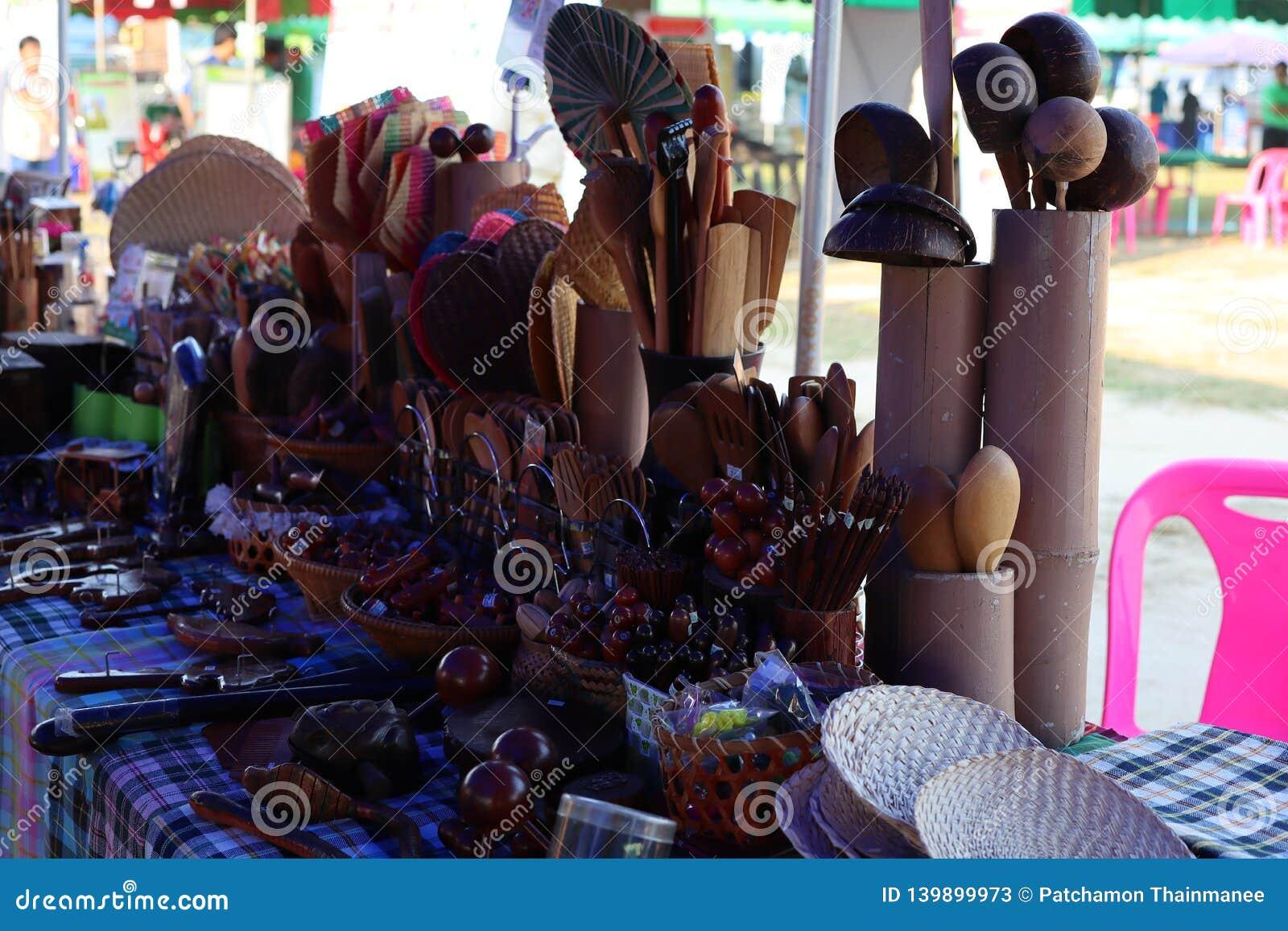Utensili della cucina, mestolo della siviera e cucchiaio di legno