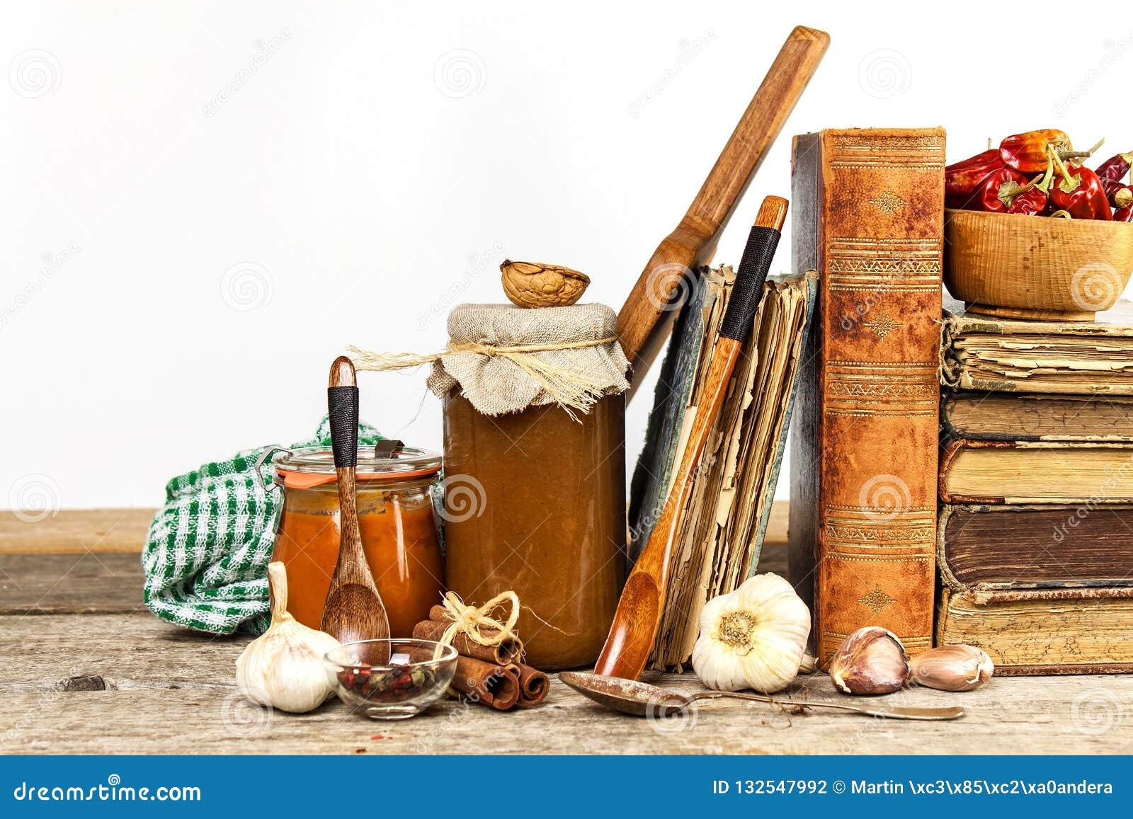Utensili della cucina su una tavola di legno Priorità bassa bianca donna di vettore della preparazione della cucina dell illustra