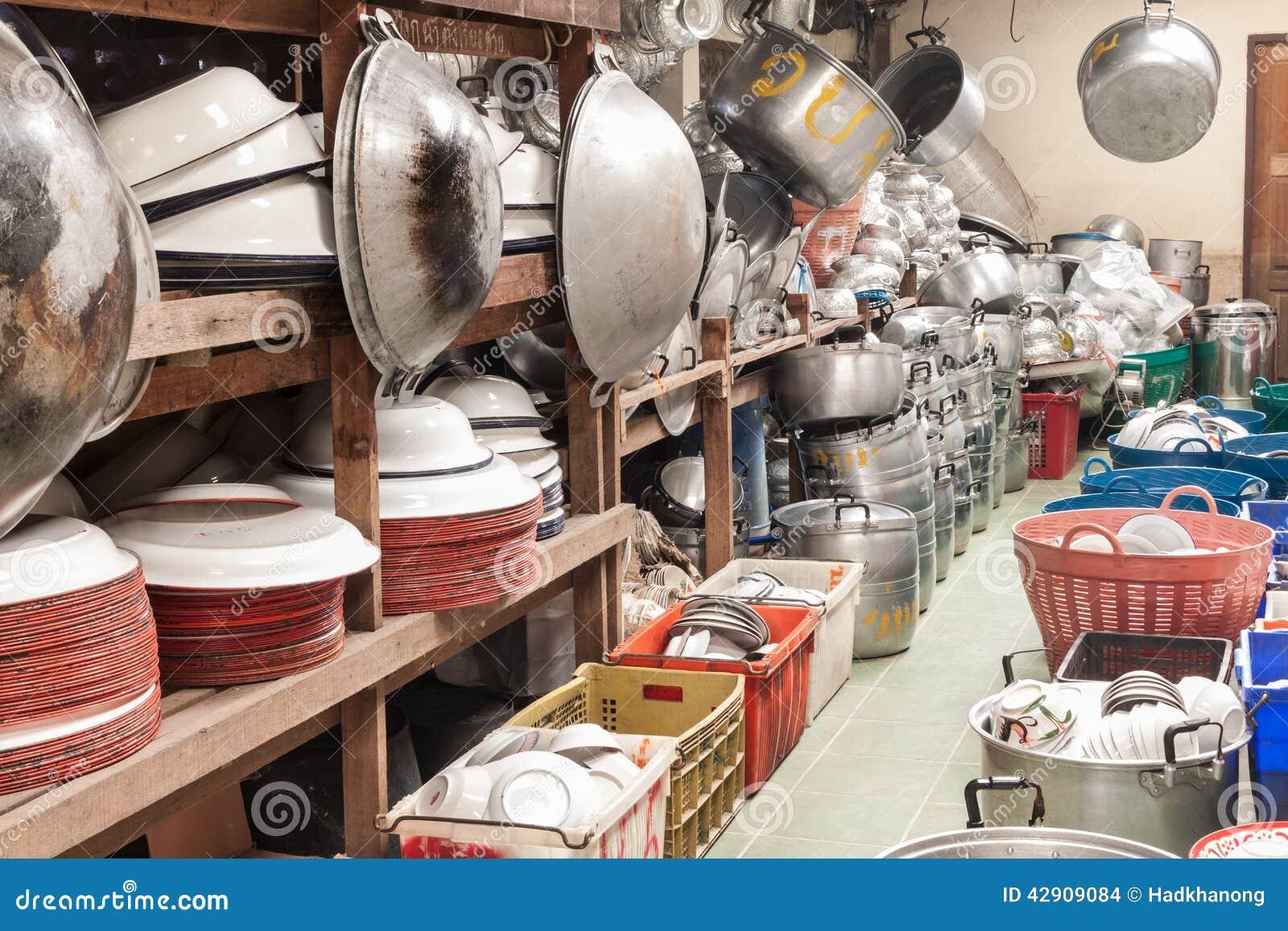 Utensilios de la cocina en almac n en el templo tailand s for Almacen para cocina
