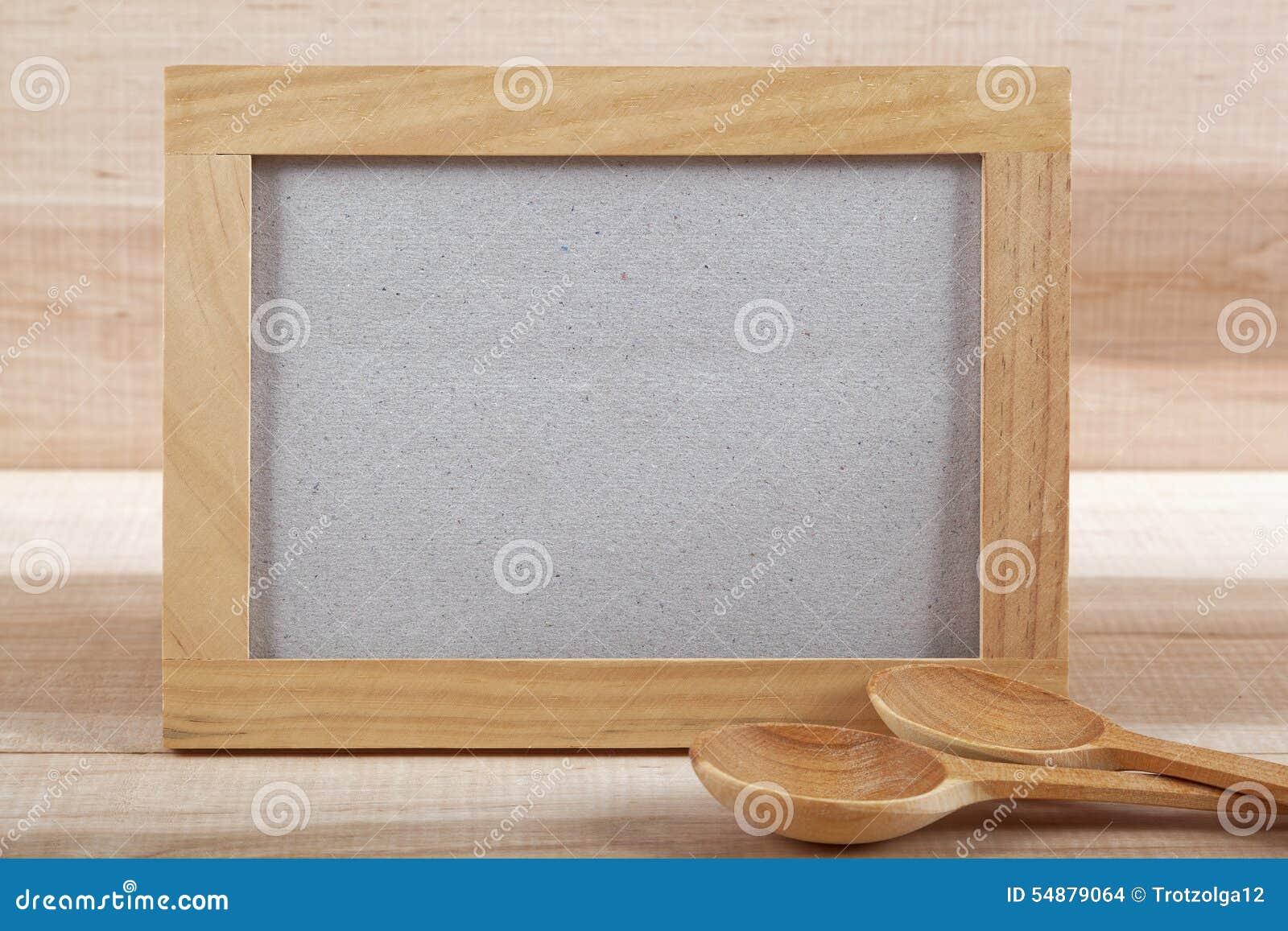 Utensilios de la cocina y marco de madera en un tablero de madera foto de archivo imagen de Marcos fotos madera