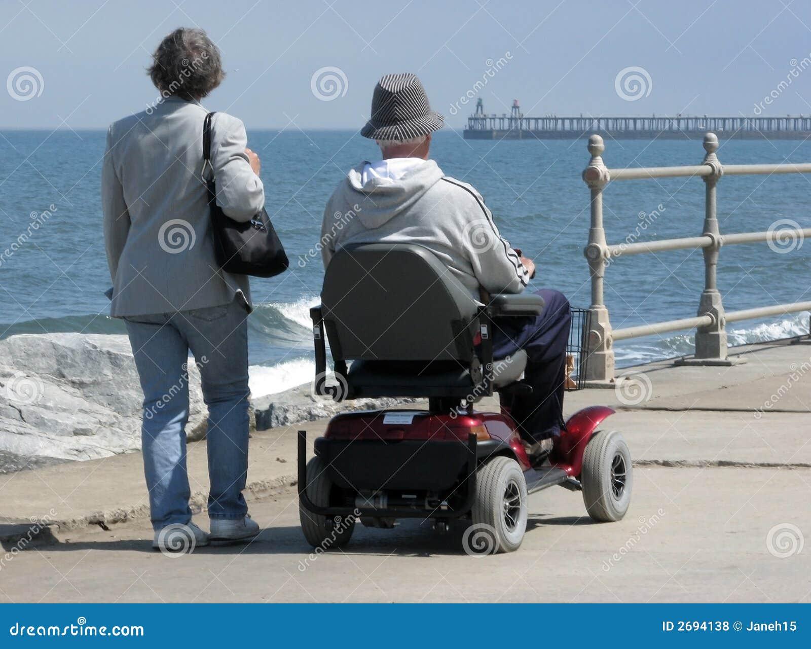 Utente di sedia a rotelle motorizzata fotografie stock for Vecchio in sedia a rotelle