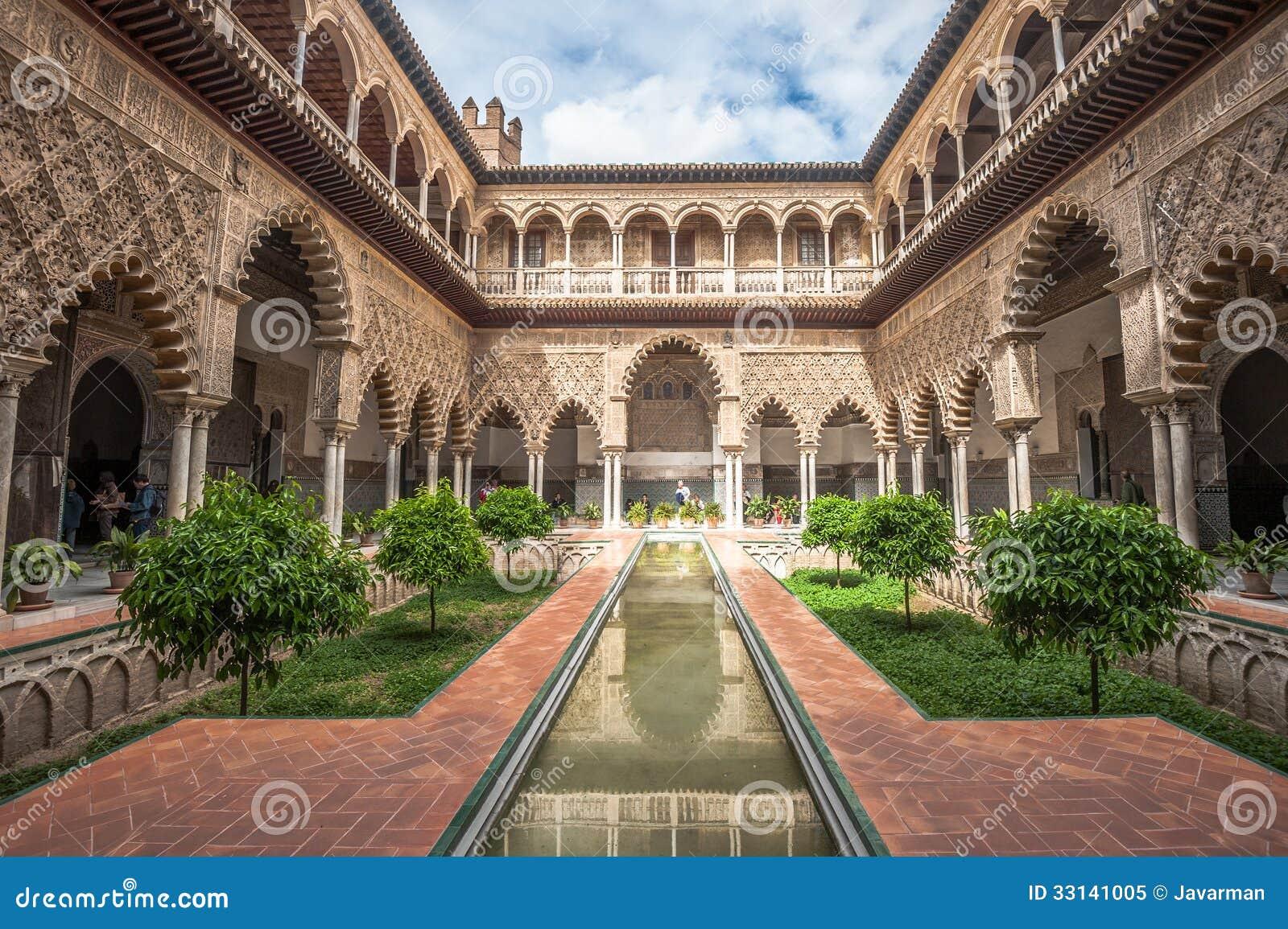 Uteplats i kungliga Alcazars av Seville, Spanien