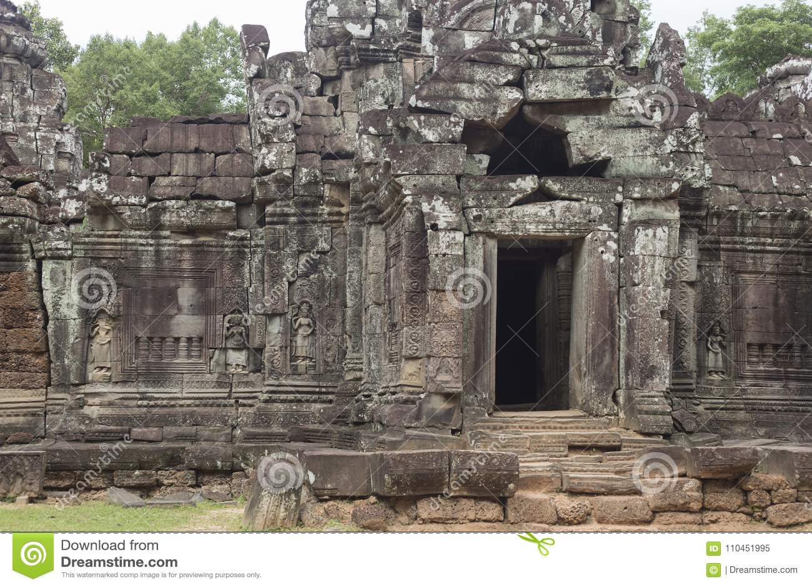Utfärda utegångsförbud för och hänrycka till Ta-Somtemplet i Angkor och skulpturer