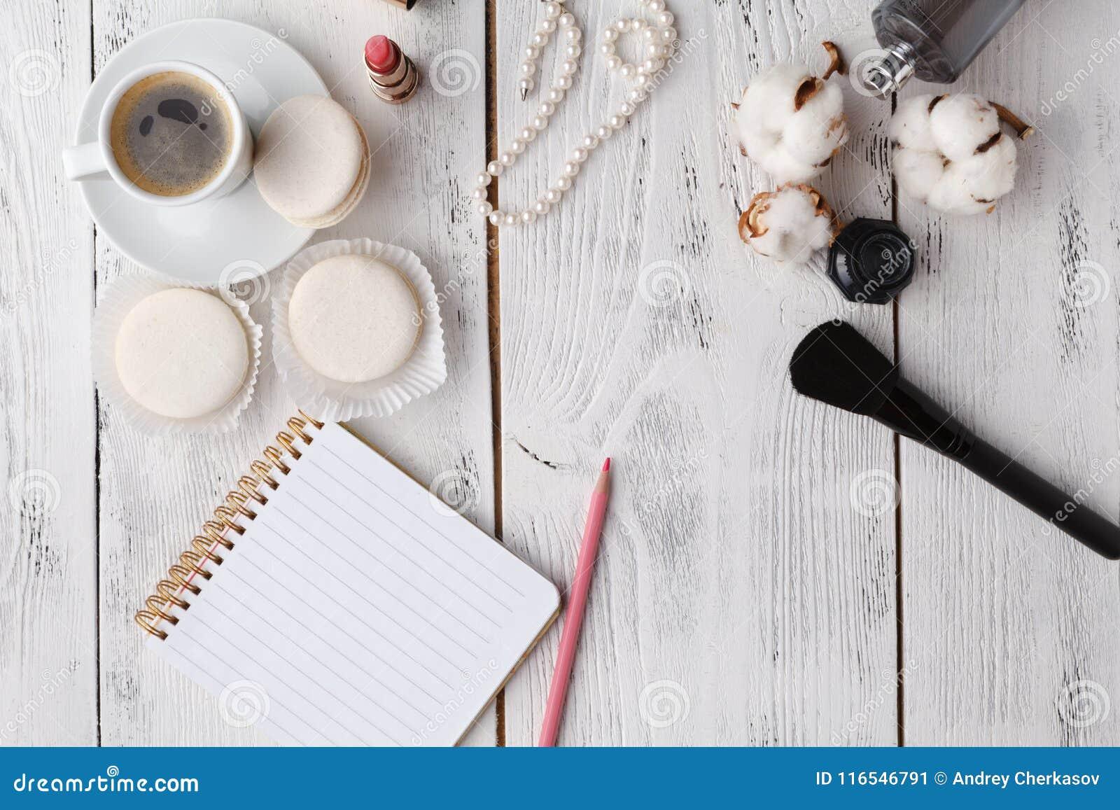 Utformat kvinnligt skrivbord - kvinnamodeobjekt på blå bakgrund