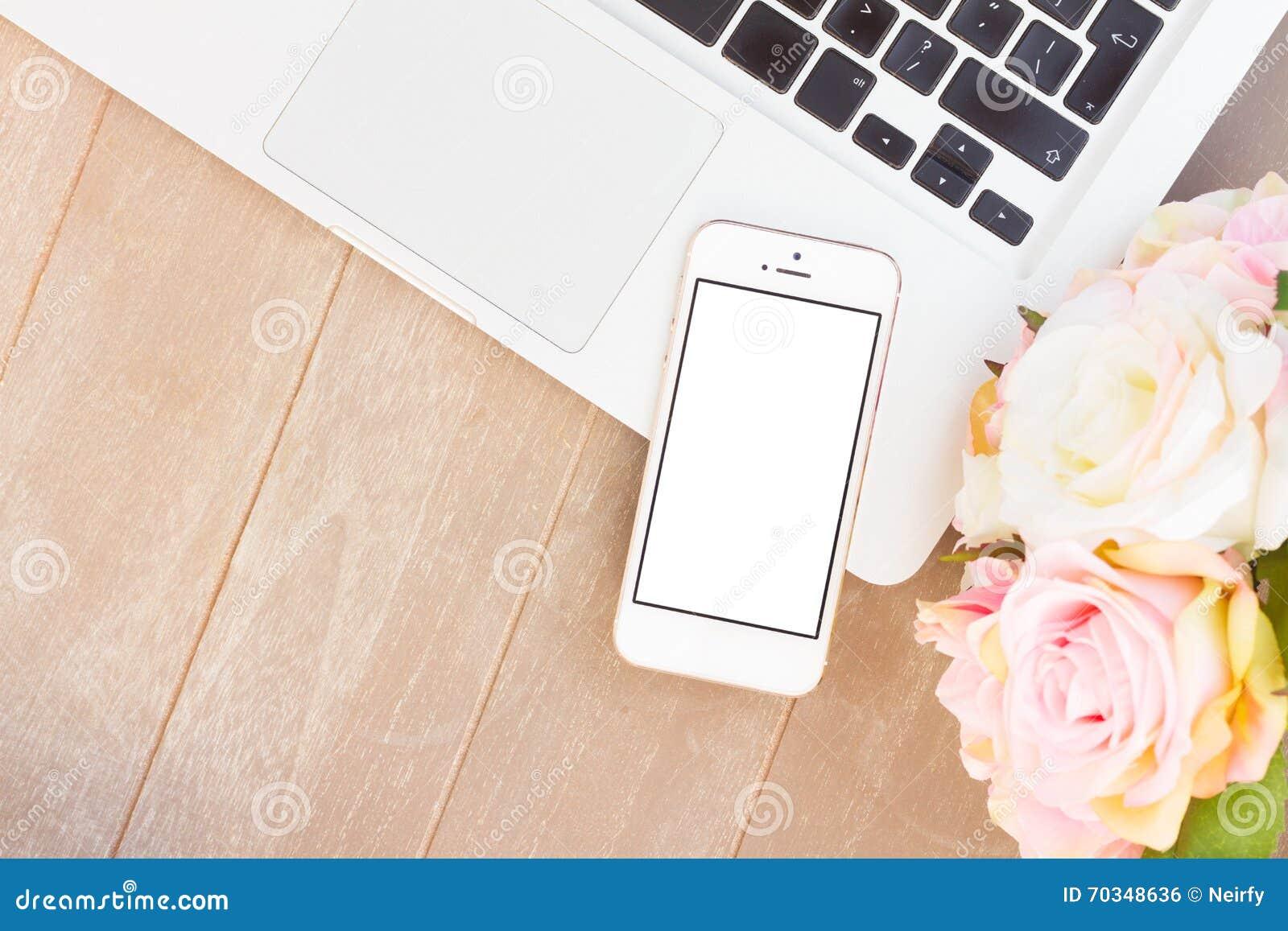 Utformat skrivbord med den moderna telefonen