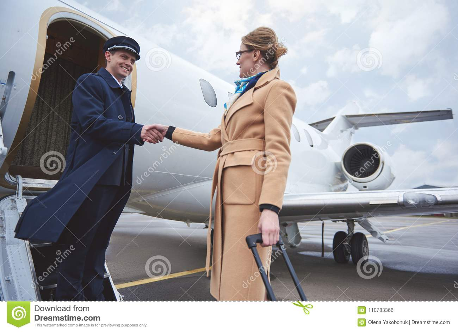 Utgående affärskvinna som välkomnar med piloten