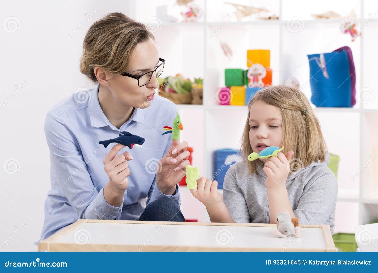 Utilisant des jouets pendant la thérapie de jeu
