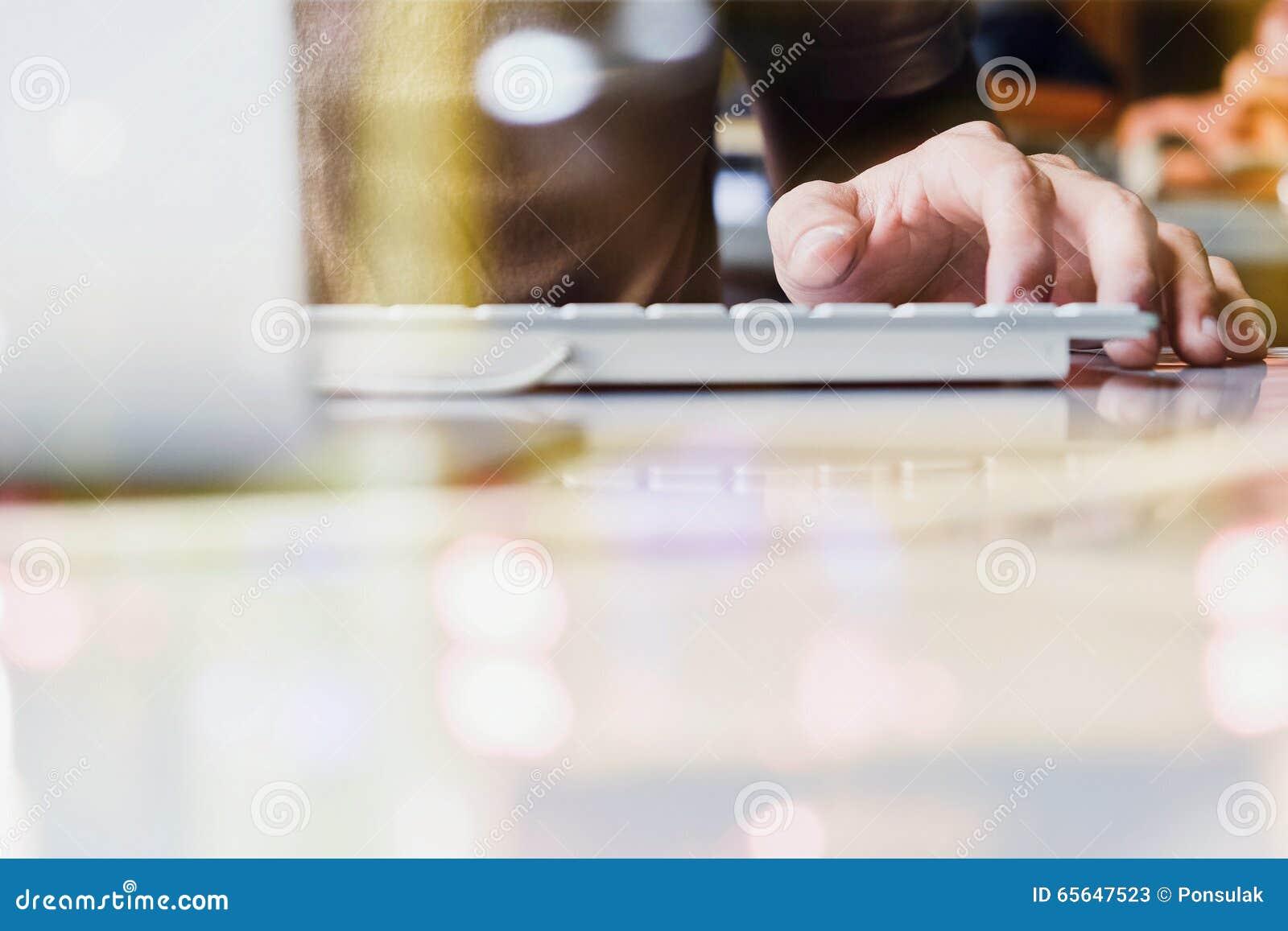Utilisant la double exposition d ordinateur